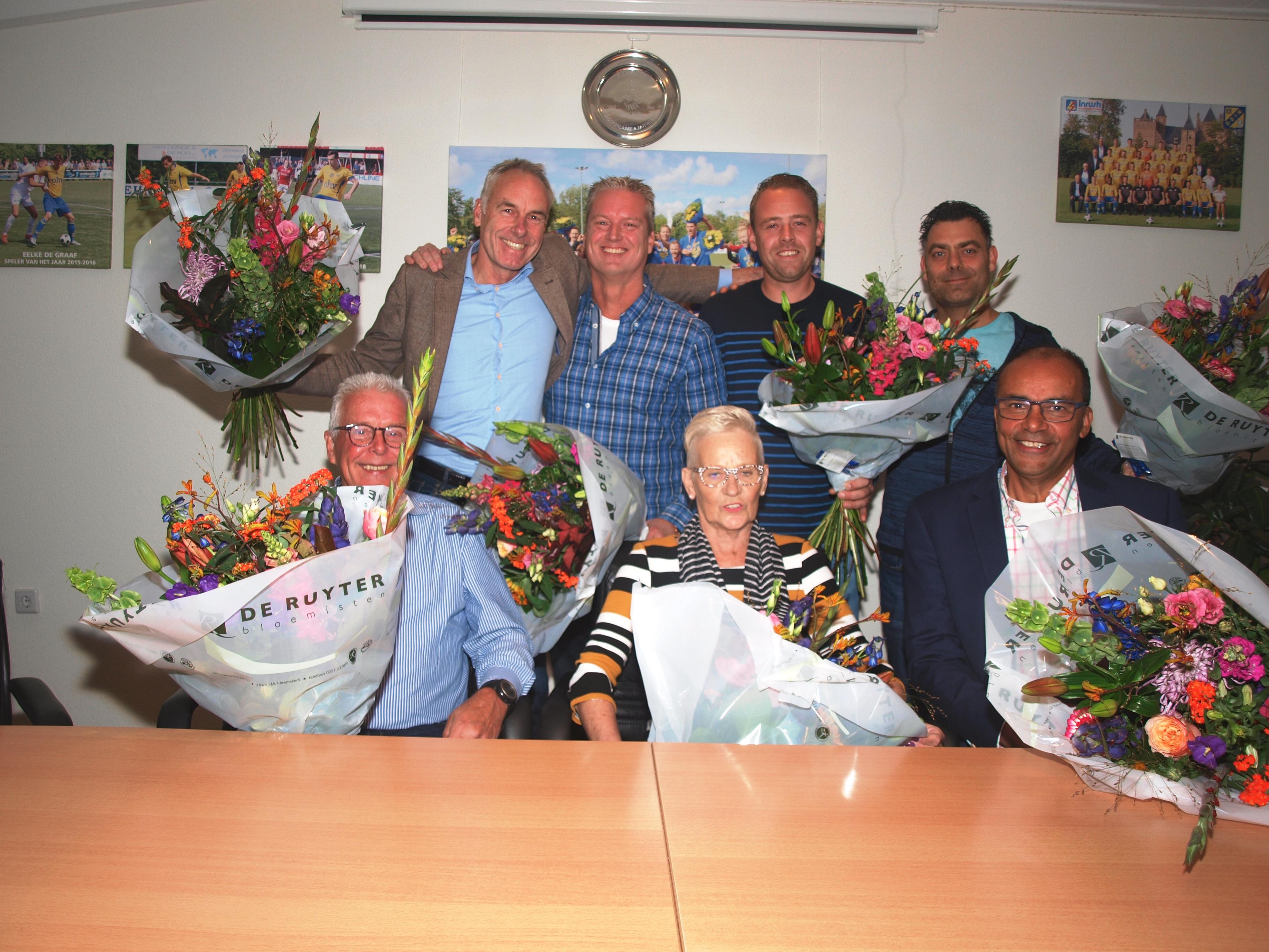 Marianne Kloes te midden van de jubilarissen, links naast haar Peter Kloes en rechts Jaap van Aanholt. Achter van links naar rechts Hans Rosenberg, Hans Kremer, Steven Blokzijl en Dave de Pagter. (FOTO: AANGELEVERD)
