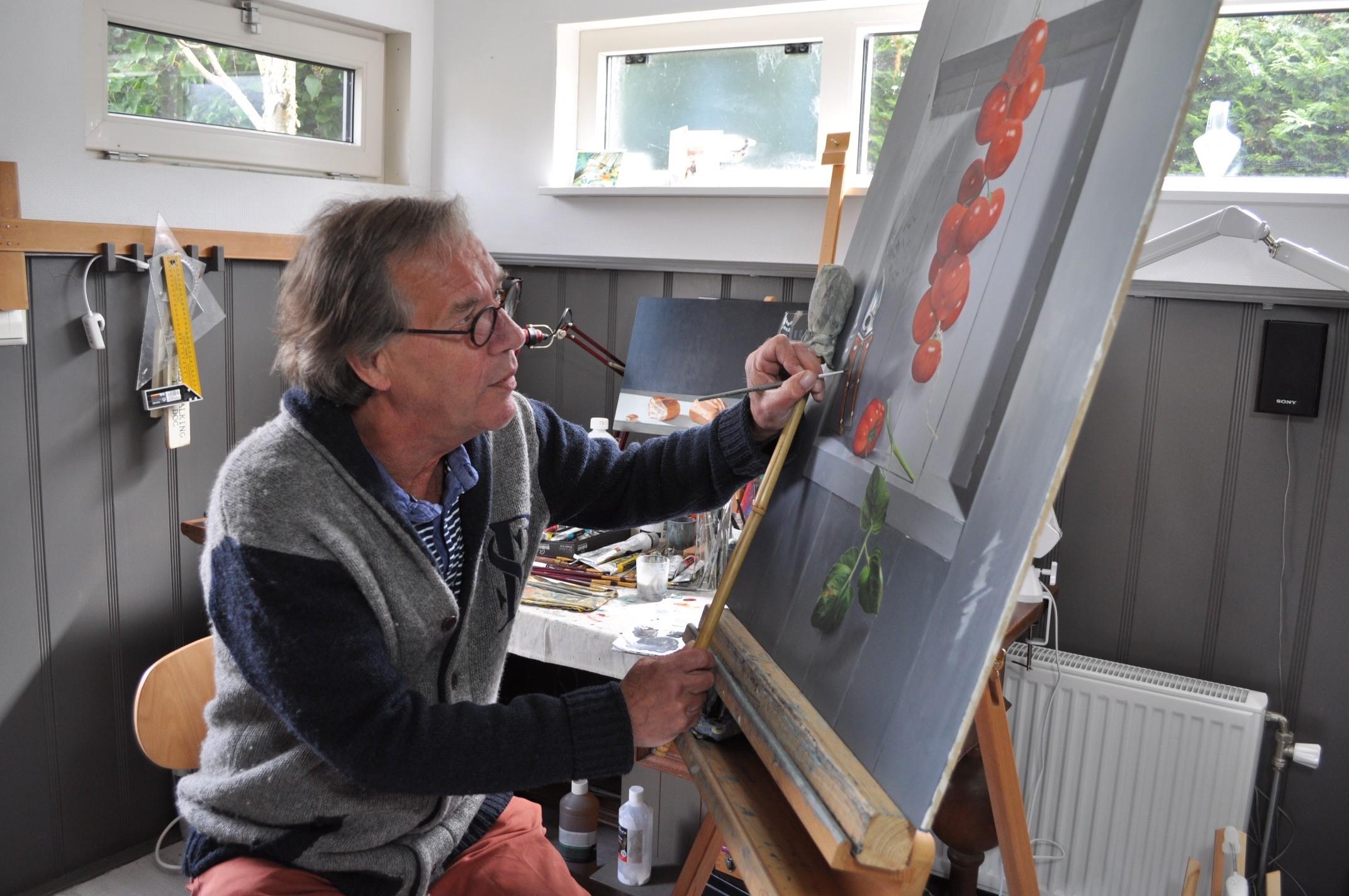 Stillevenschilder Martijn Weiffenbach aan het werk. (Foto: aangeleverd)