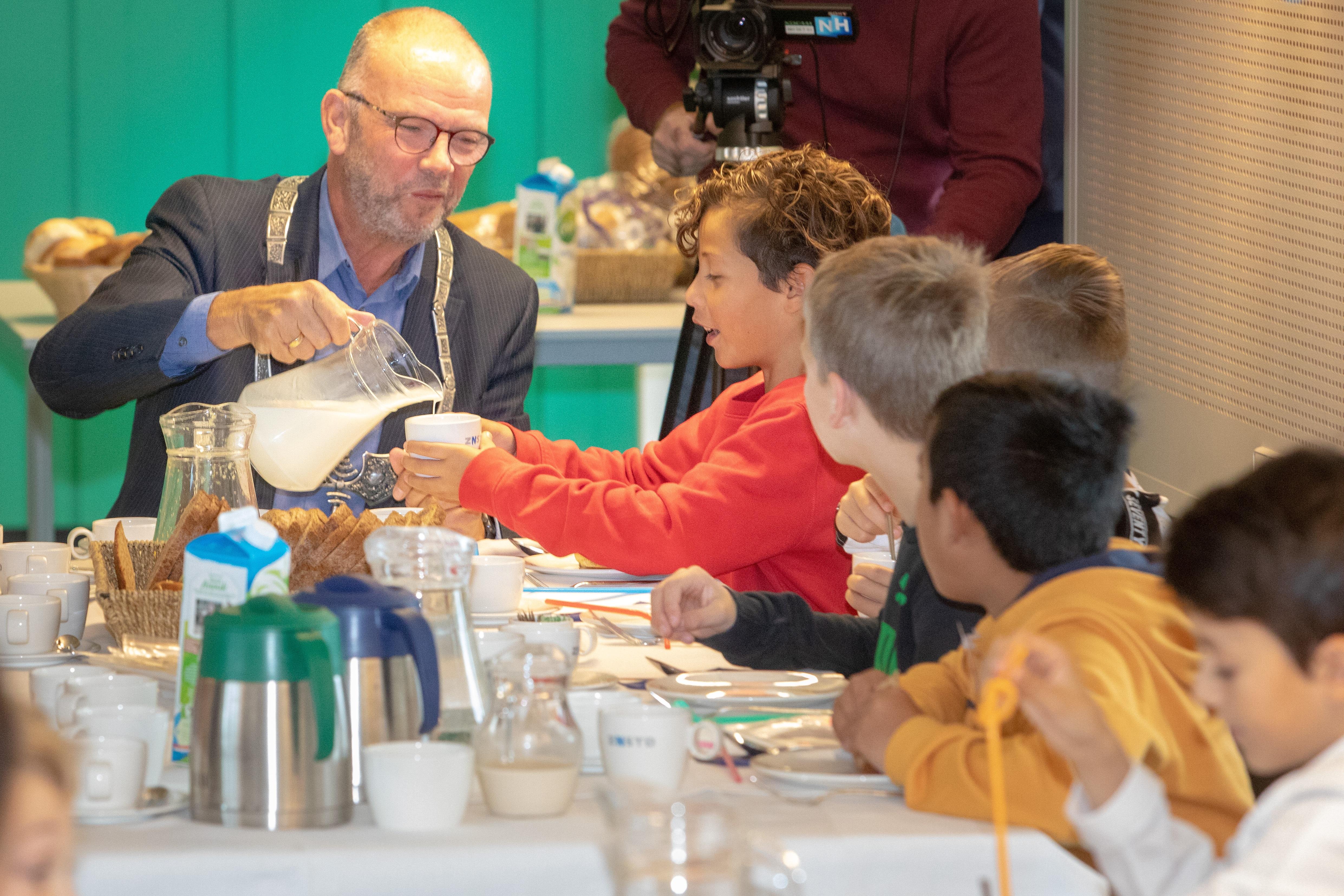 Loco burgemeester en Wethouder Hans Krieger schenkt ontbijtdrank in. (Foto: Vincent de Vries/RM)