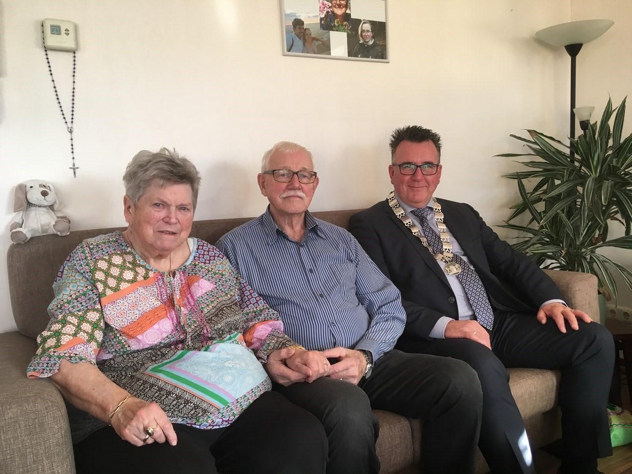 Het echtpaar op de bank met loco-burgemeester Mario Hegger. (Foto: aangeleverd)