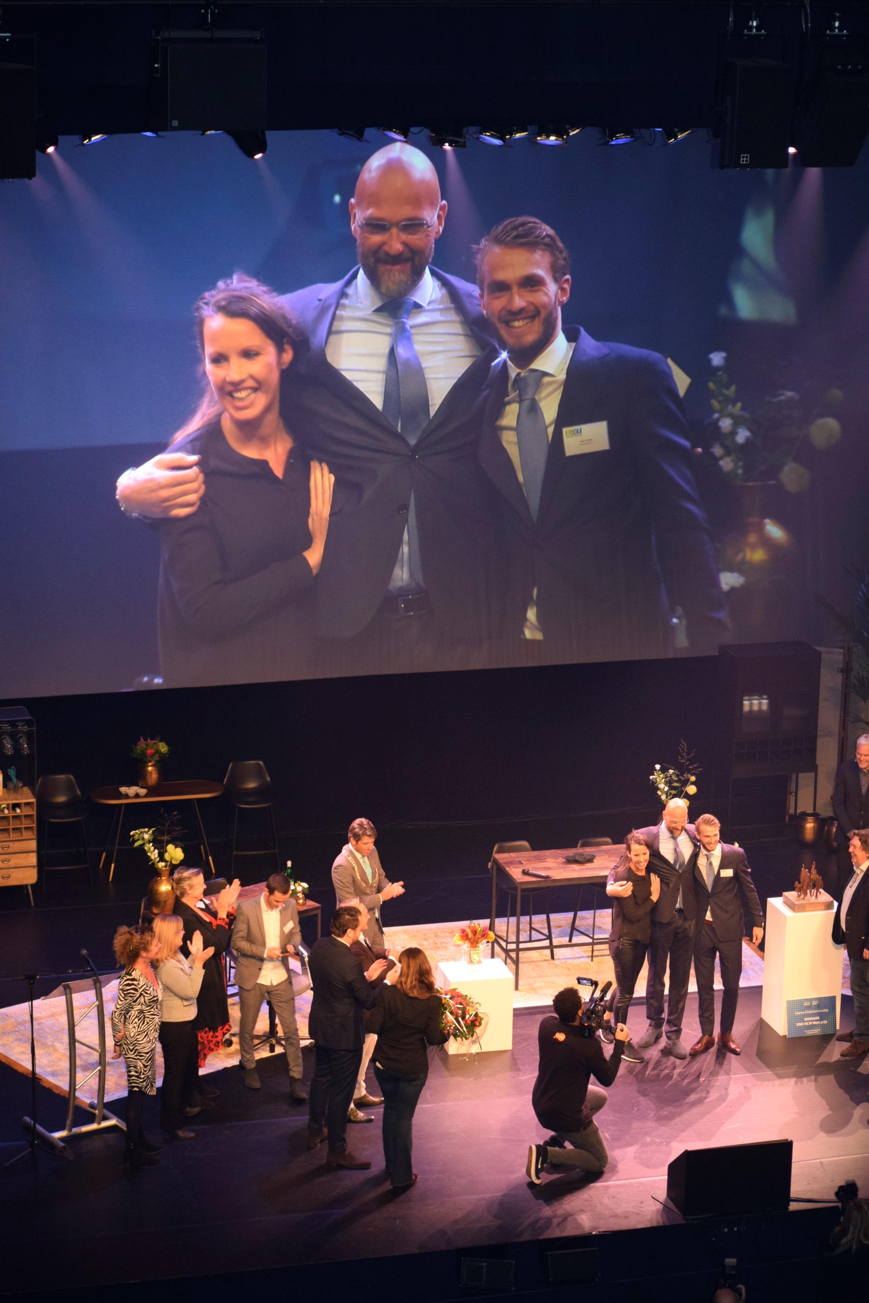 Ereburger Dick Dekker met zijn kinderen op het podium in het Zaantheater. (Foto: Yvette van der Does)