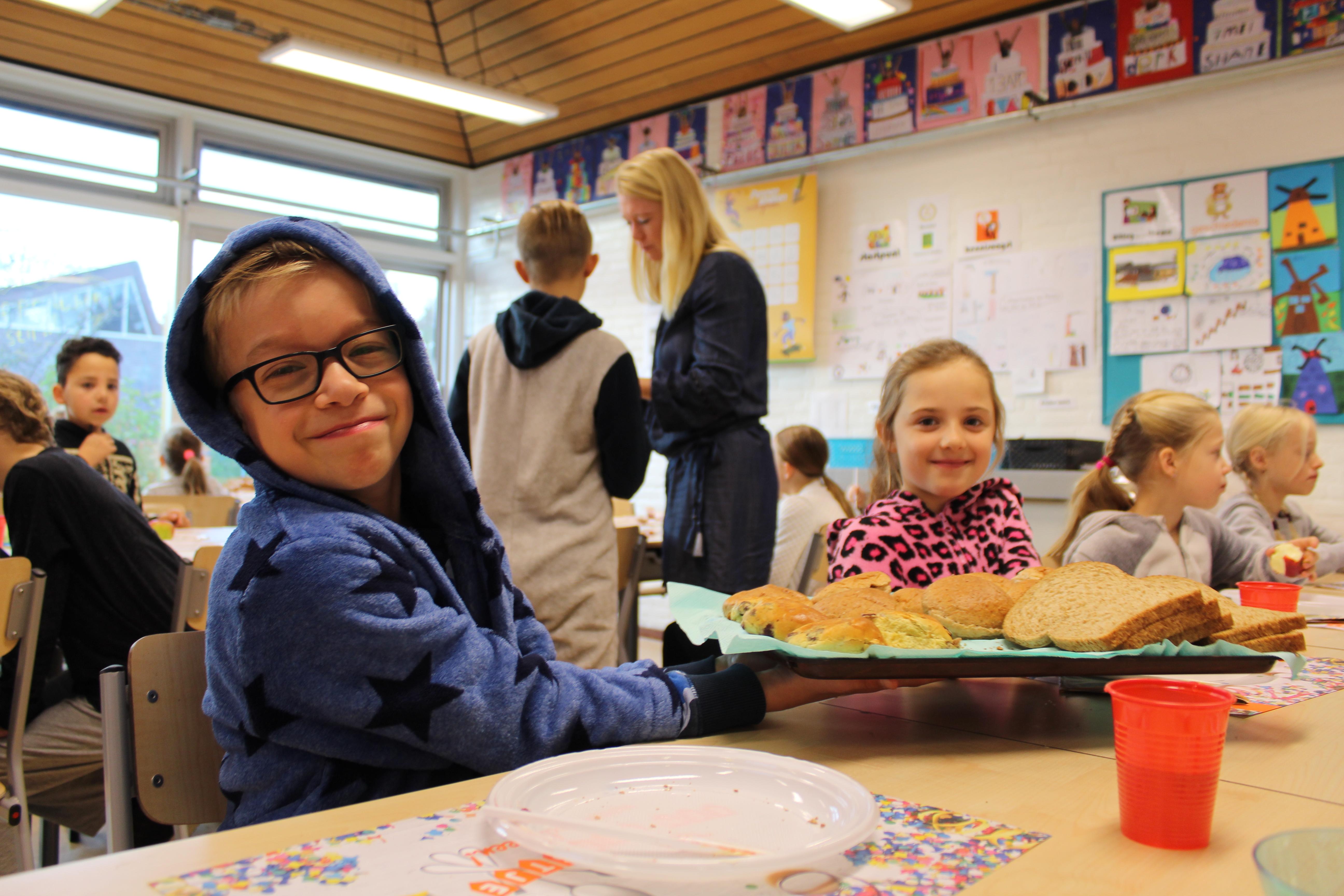 Tim en Lieke vinden het gezellig om samen met hun klasgenootjes te ontbijten. (Foto's: Rodi Media/AO)