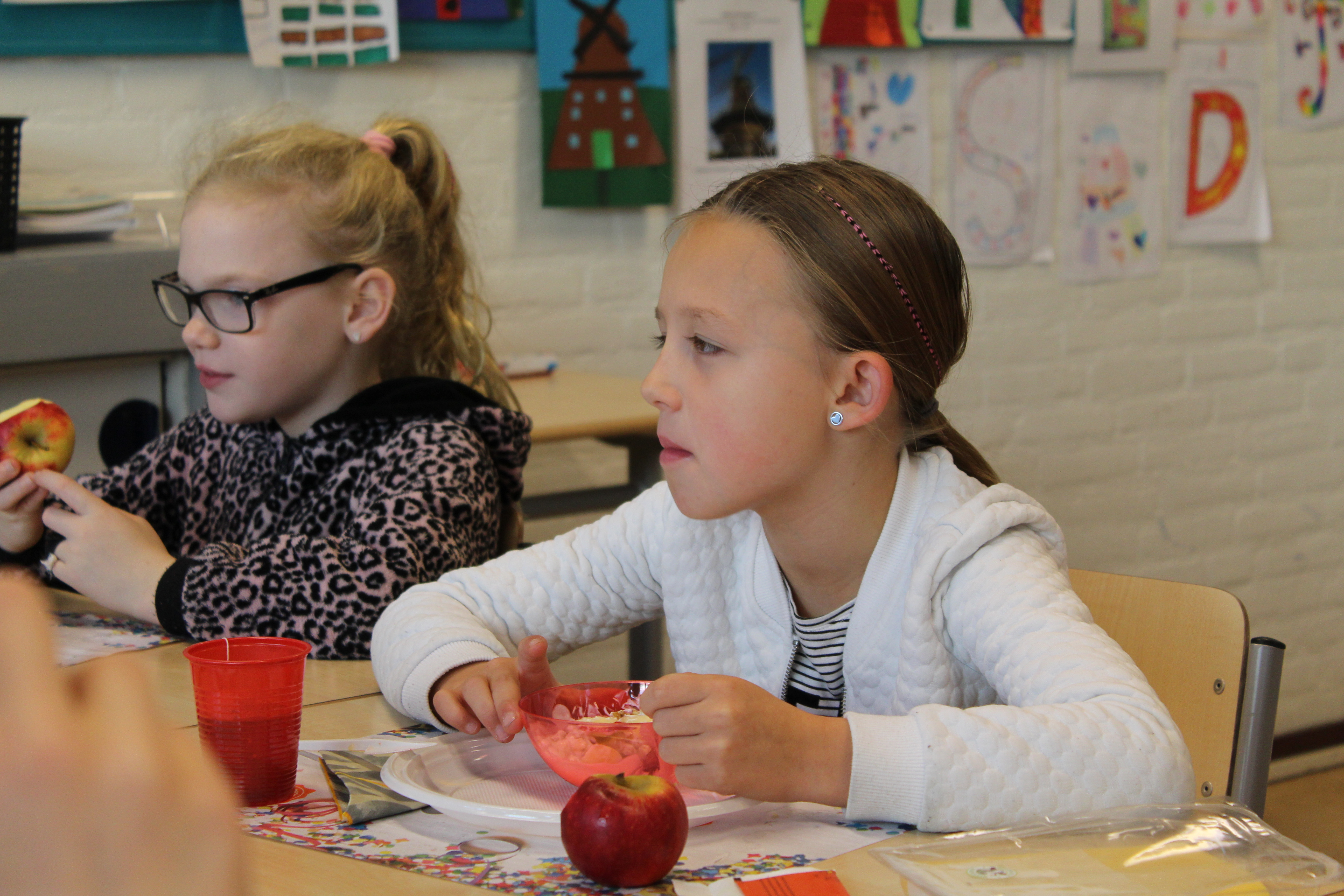 Tim en Lieke vinden het gezellig om samen met hun klasgenootjes te ontbijten. (Foto's: Rodi Media/AO) rodi.nl © rodi