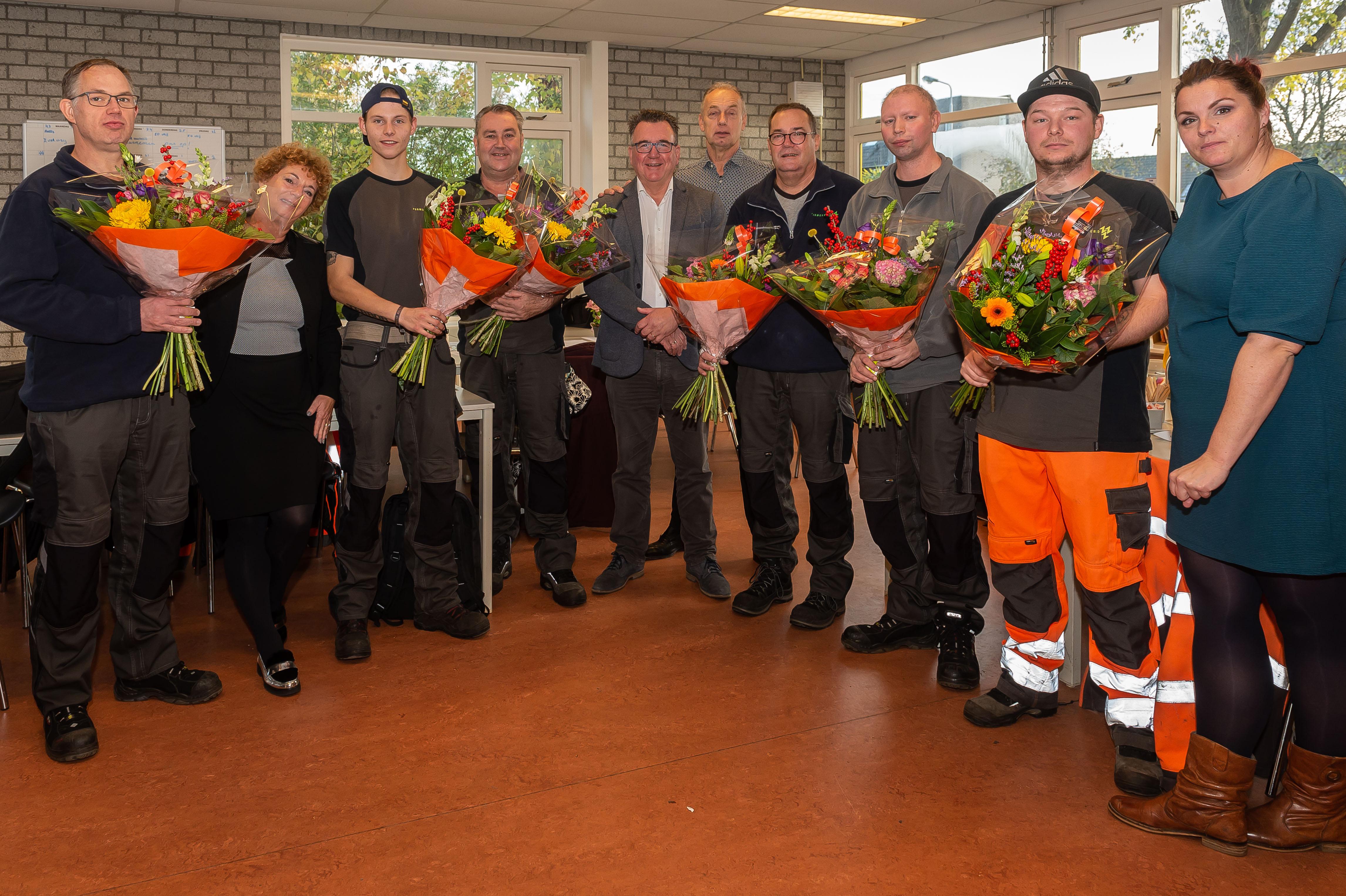 In het schoolgebouw aan Koggeland feliciteerde wethouder Mario Hegger de nieuwe collega's. (Foto: Han Giskes)