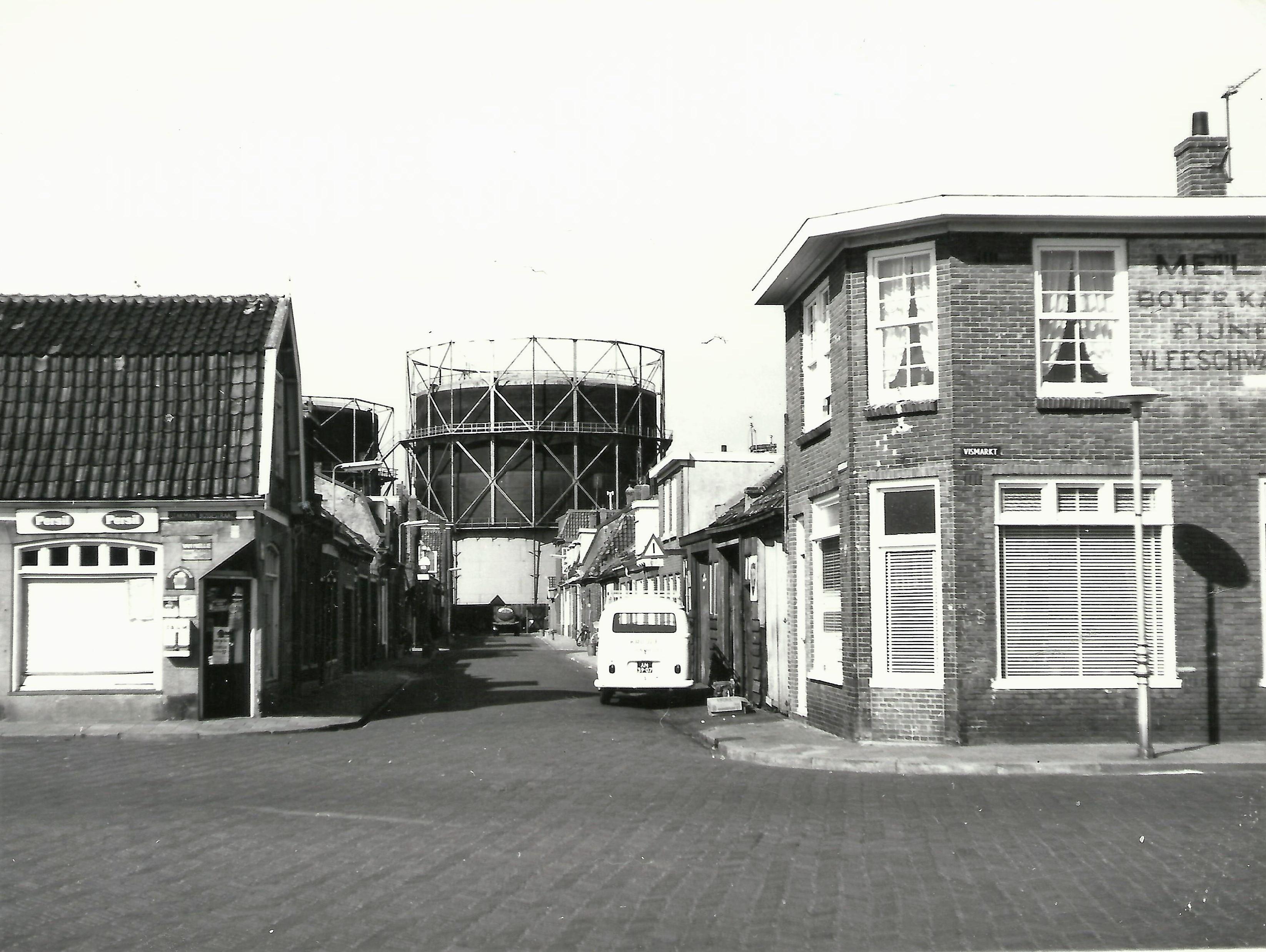 Zicht op de Oranjestraat vanaf de Vismarkt in de Visbuurt. (Foto: Helderse Historische Vereniging)