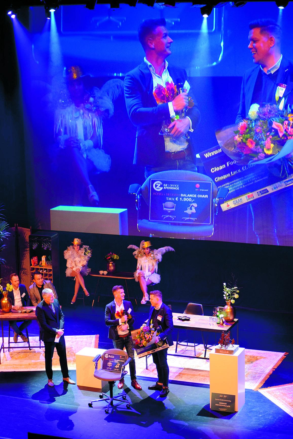Winnaars Directeur Mandy Beets (met microfoon) en manager tussen de feestslingers. (Foto: YvdD/RM)    rodi.nl © rodi