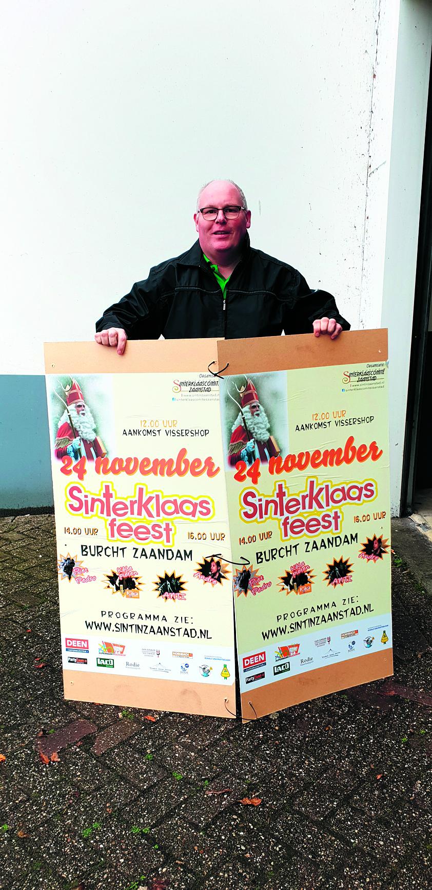 Organisator en voorzitter scz druk met ophangen van de posters. (Foto: aangeleverd)