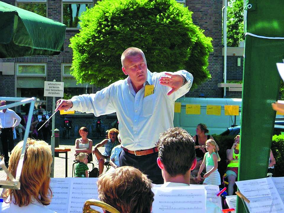 Dirigent Bert Ridder in actie. (Foto: aangeleverd)