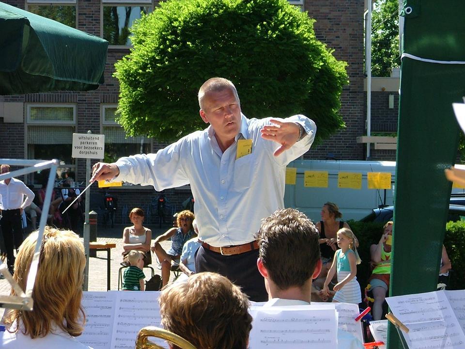 De jubilerende dirigent Bert Ridder in actie. (Foto: aangeleverd)