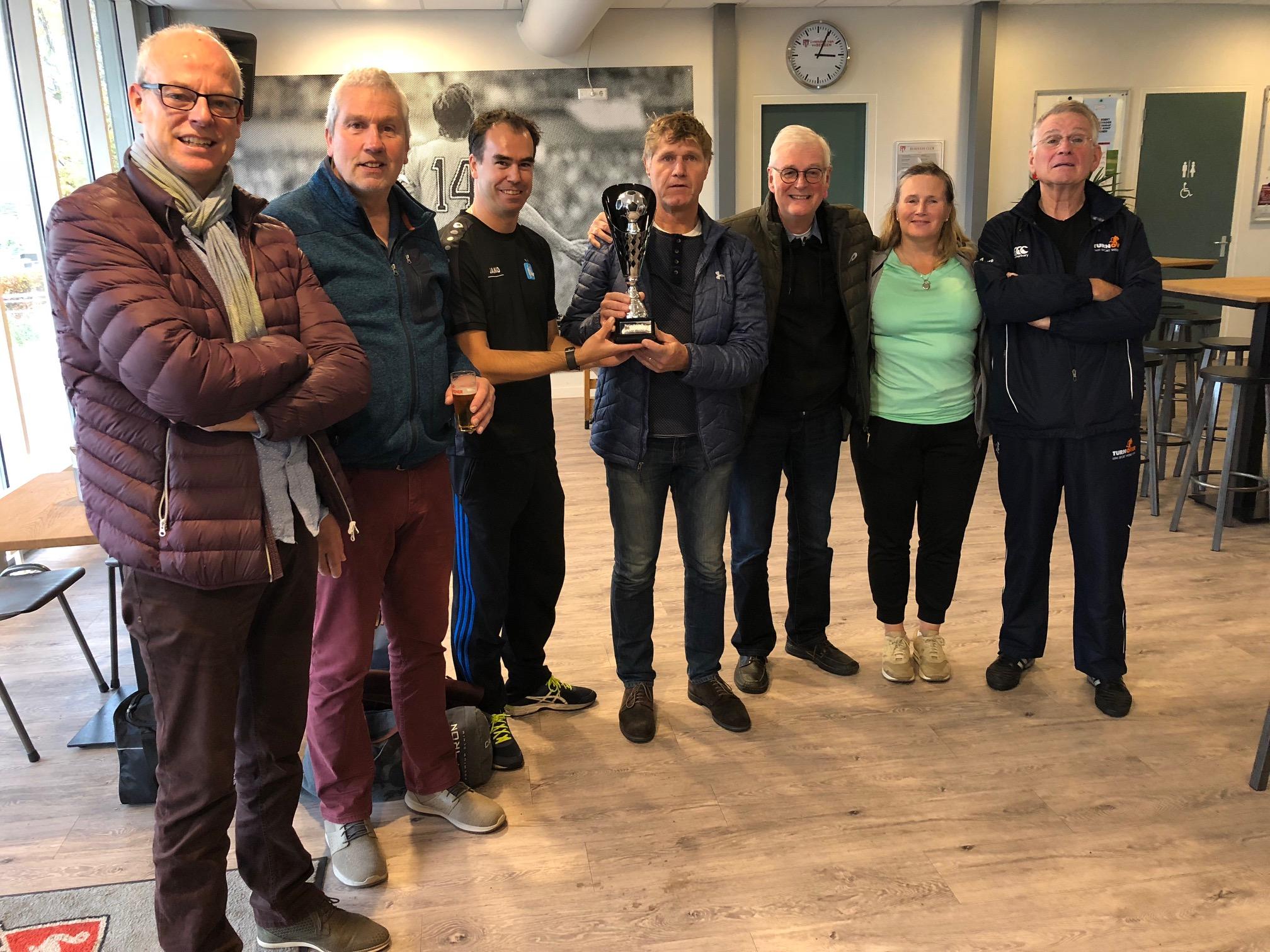 Overhandiging Rodi Media Cup door Dennis Schuit aan het team respectievelijk de aanvoerder van Walking Football Heiloo). (Foto's: aangeleverd).