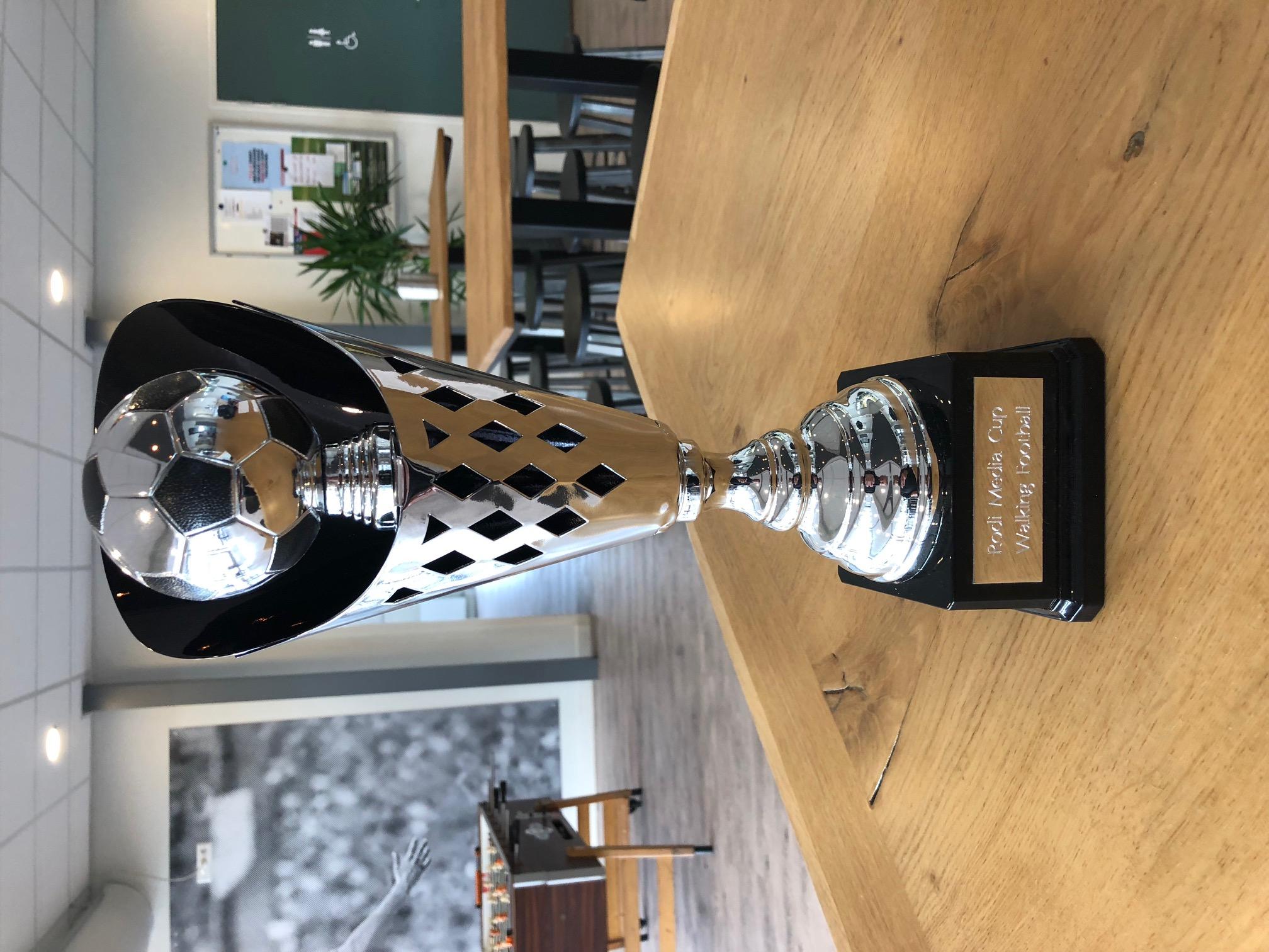 Overhandiging Rodi Media Cup door Dennis Schuit aan het team respectievelijk de aanvoerder van Walking Football Heiloo). (Foto's: aangeleverd). rodi.nl © rodi