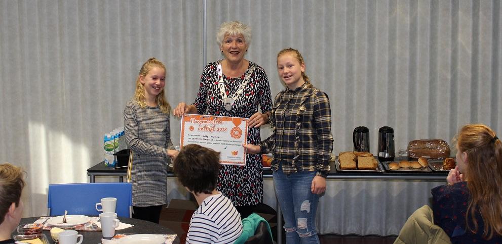 Burgemeester Hetty Hafkamp ontving leerlingen van de OBS de Driemaster die een ontbijtje brachten. (Foto: aangeleverd).