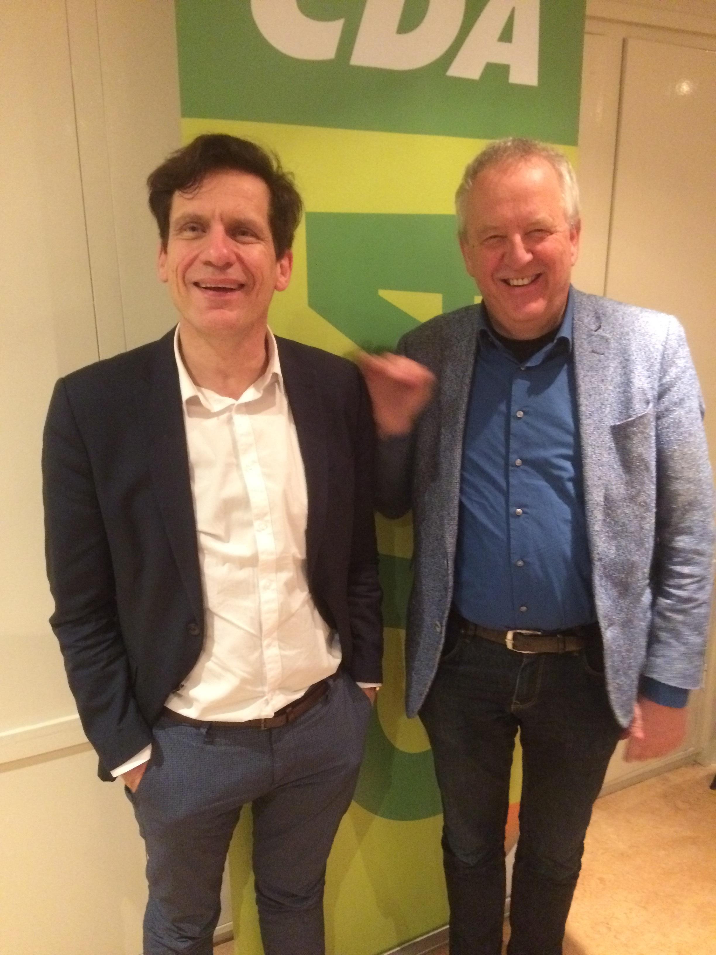 De nieuwe CDA-voorzitter Aalt Bruinekool (rechts) met zijn voorganger Kees van Montfort. (FOTO: AANGELEVERD)