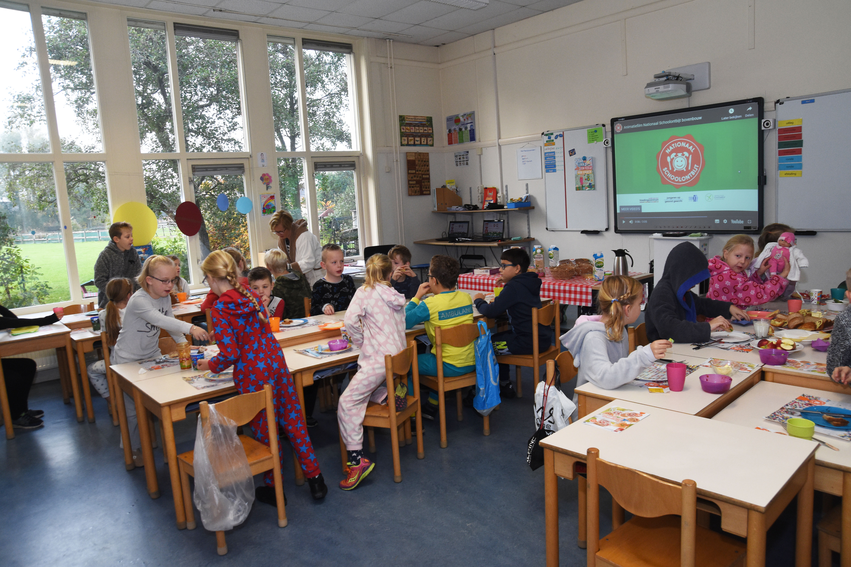 De kinderen van de Idenburgschool in Andijk schoven afgelopen vrijdag - ín pyama - aan tafel voor het Nationaal Schoolontbijt. (Foto: Foto Hoekstra)