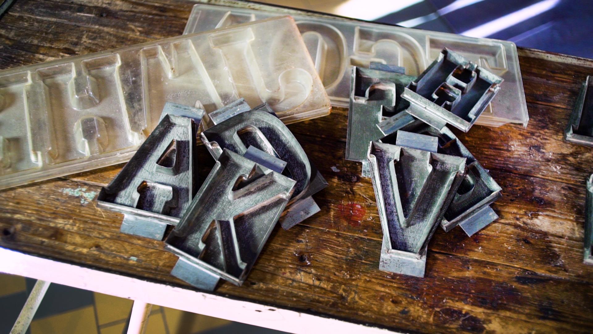 Chocoladelettermallen worden gebruikt bij de extra productie voor Sinterklaas. (Foto: Zaans Museum)