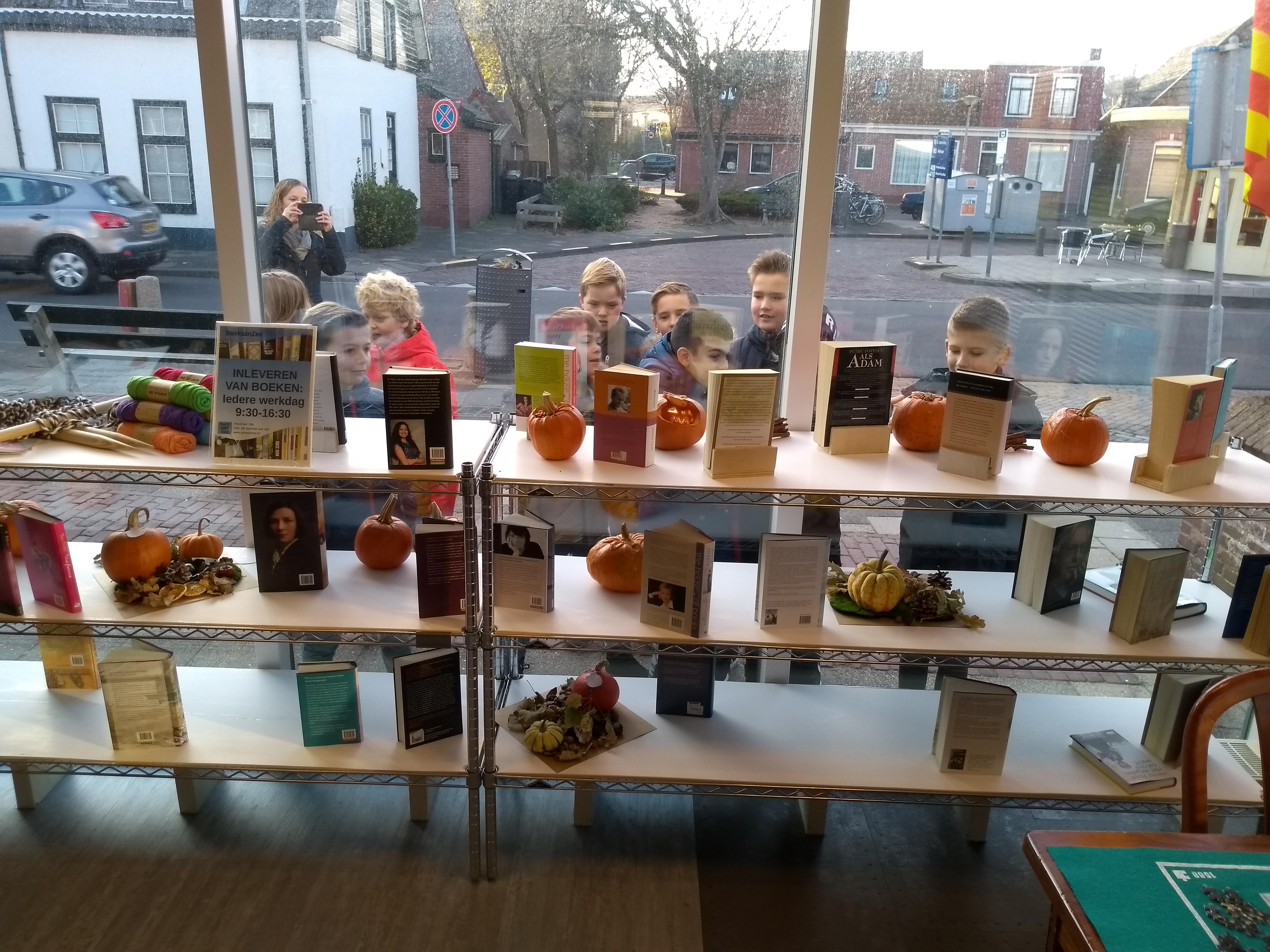 Wat een verrassing! Kinderen van groep 5 en 6 van obs De Driemaster komen Postaanzee een door hun gemaakte collectie pompoenen brengen. Ze staan nu te pronken in de ramen. (Foto's: aangeleverd).