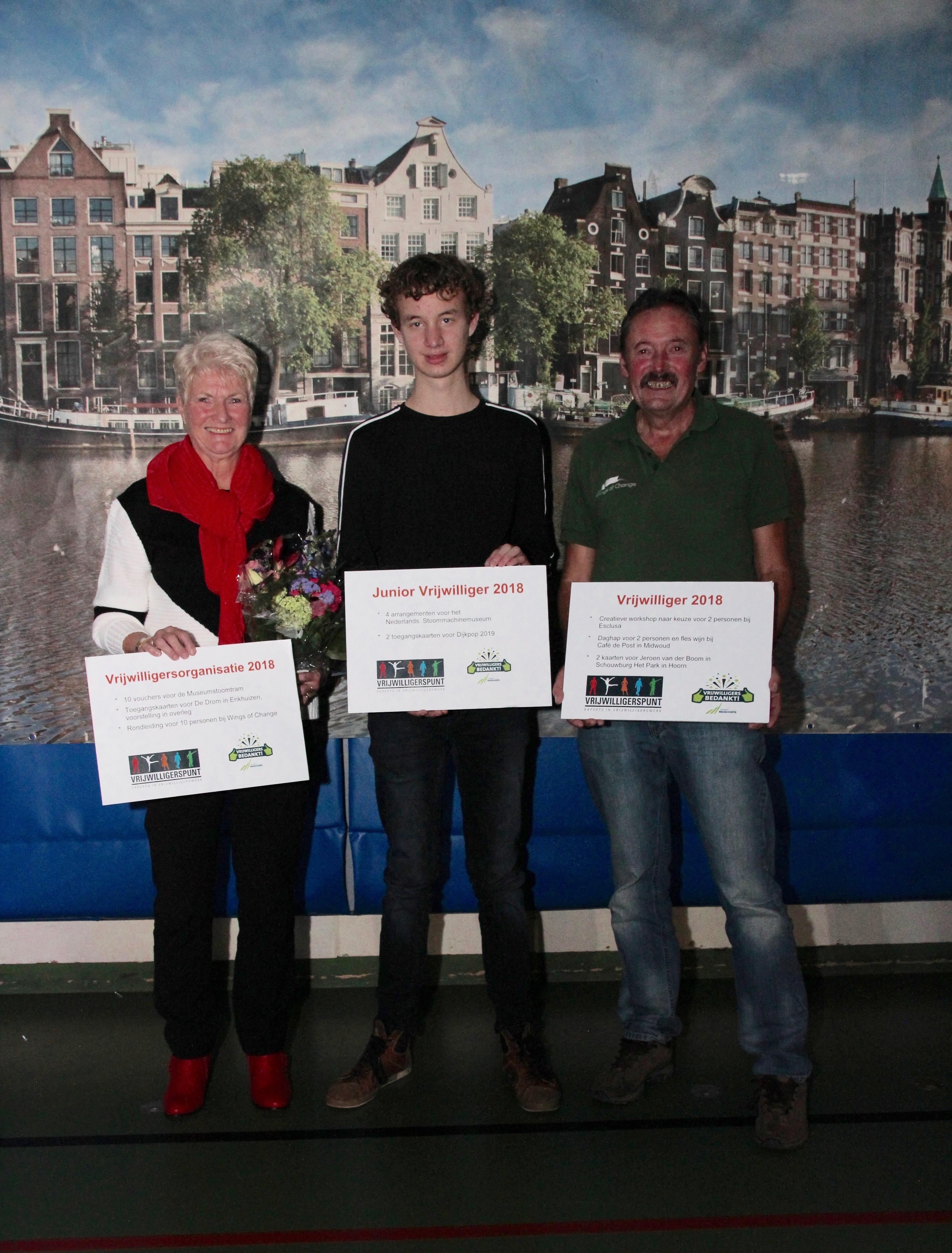 De winnaars van de vrijwilligersprijzen: v.l.n.r. Els Beers van Stichting Warme maaltijdvoorziening, Daan Immen en Roy van der Ven. (Foto: aangeleverd)