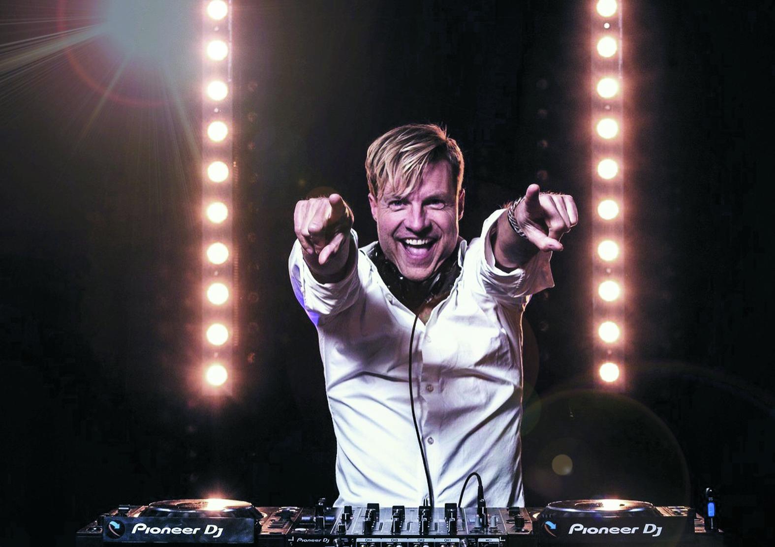 DJ Jerone weet de sfeer er goed in te houden. (Foto: aangeleverd)