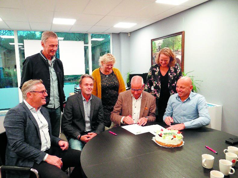 Dhr. Cas Verhage ondertekent het contract namens Nh1816 Verzekeringen. Joost Brugman van AVéWé Groep en bestuursleden Beemster Erfgoed Marathon kijken toe. (Foto: aangeleverd)