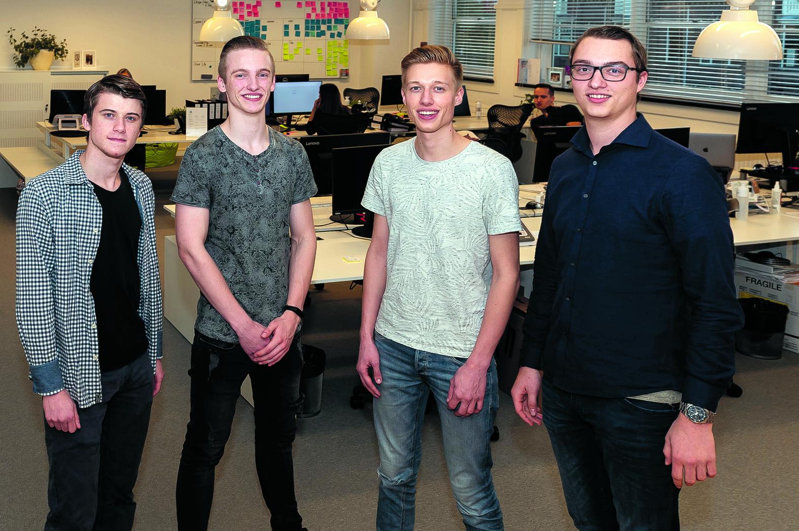 Het winnende team, bestaande uit v.l.n.r. Jochem Boon, Cor Francis, Sven Post en Ruben Vriesman, presenteerde het concept van het buddybedrijf, de brug tussen studenten en bedrijven. (Foto: Han Giskes)