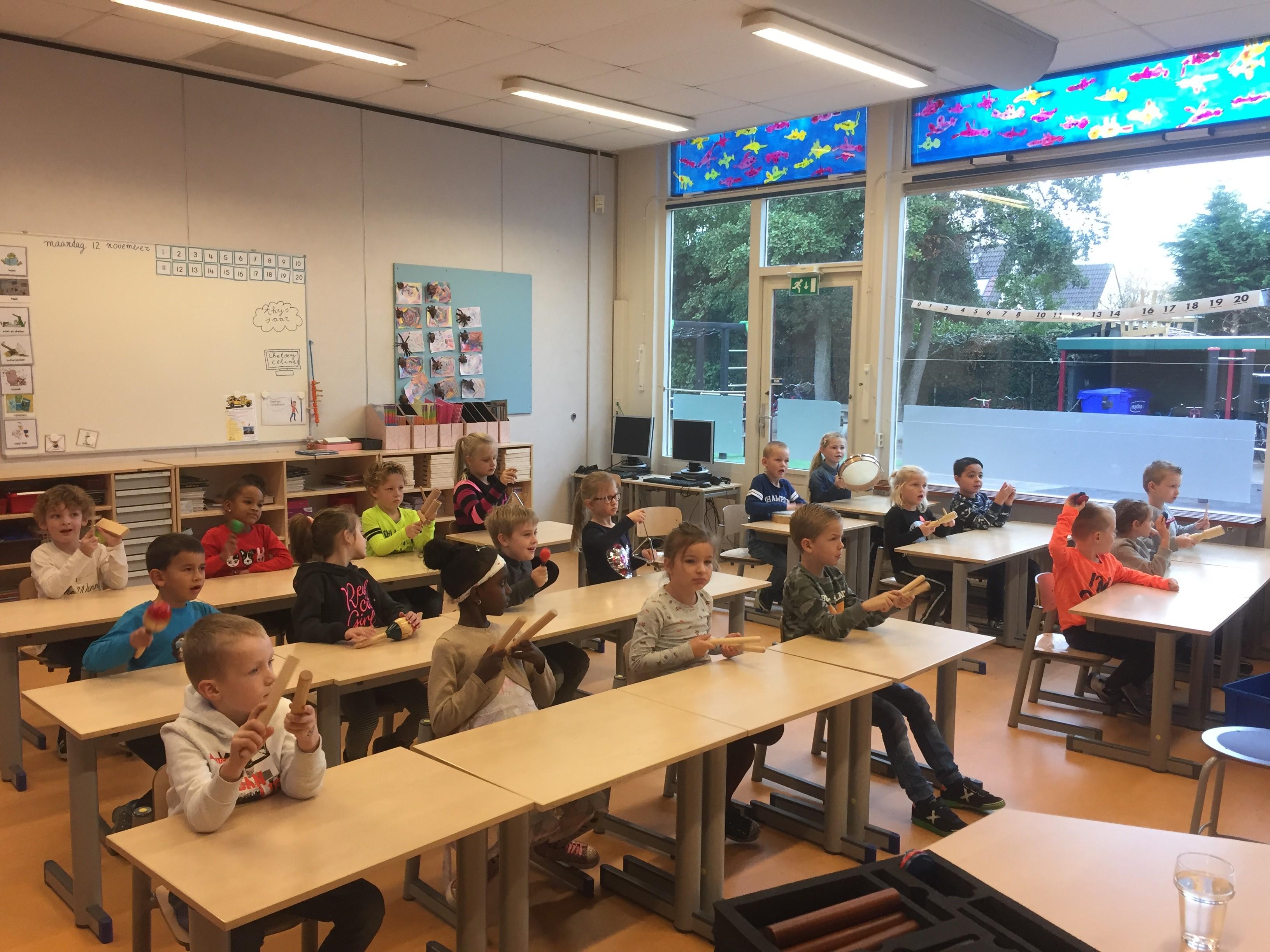Leerlingen van de Anne Frankschool tijdens de muziekles. (FOTO: AANGELEVERD)