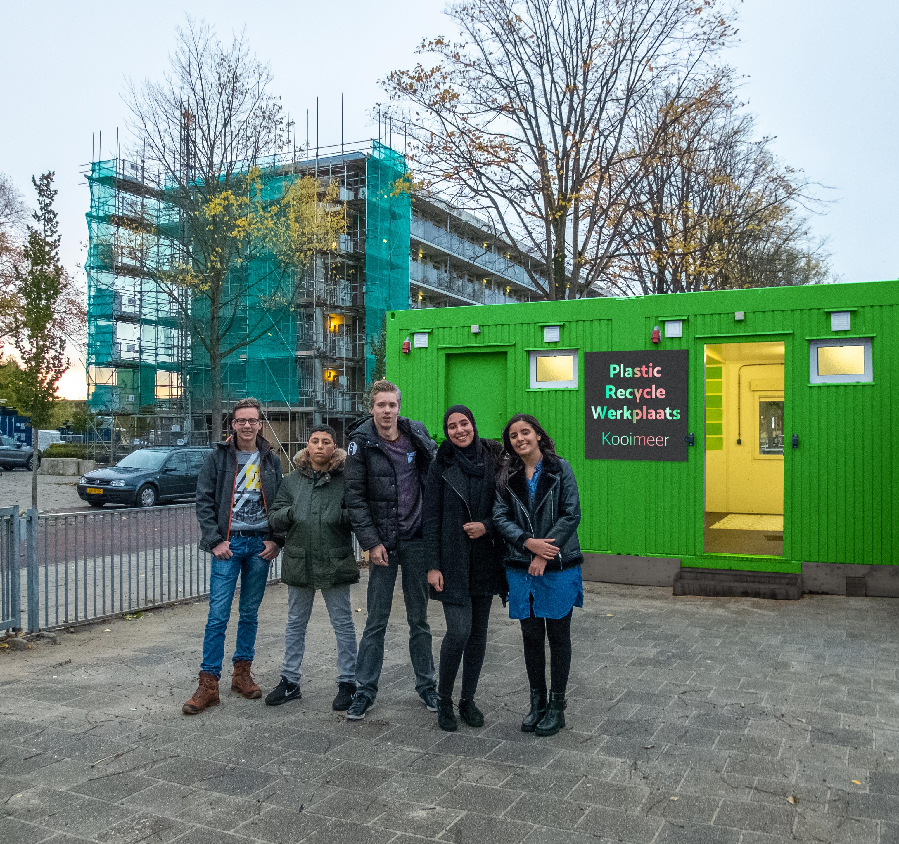 Vijf van de jongeren die deelnemen aan het project, met vlnr: Renzo, Yousri, Tom, Chakira en Hind. (Foto: aangeleverd)