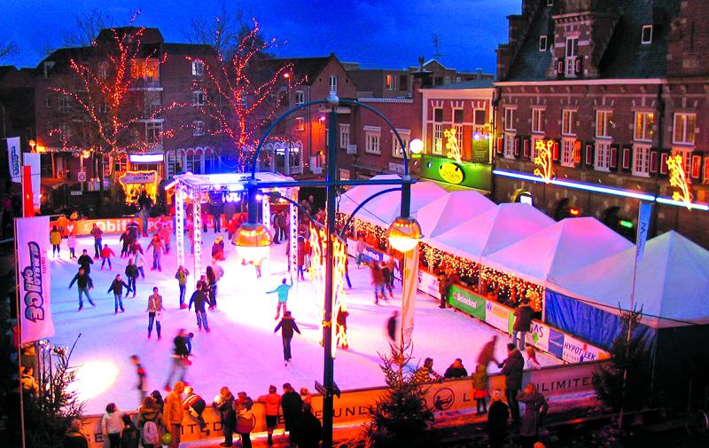 Voorbeeld van een ijsbaan die De IJsmeesters eerder heeft aangelegd in de binnenstad van Almelo. (Foto: aangeleverd)