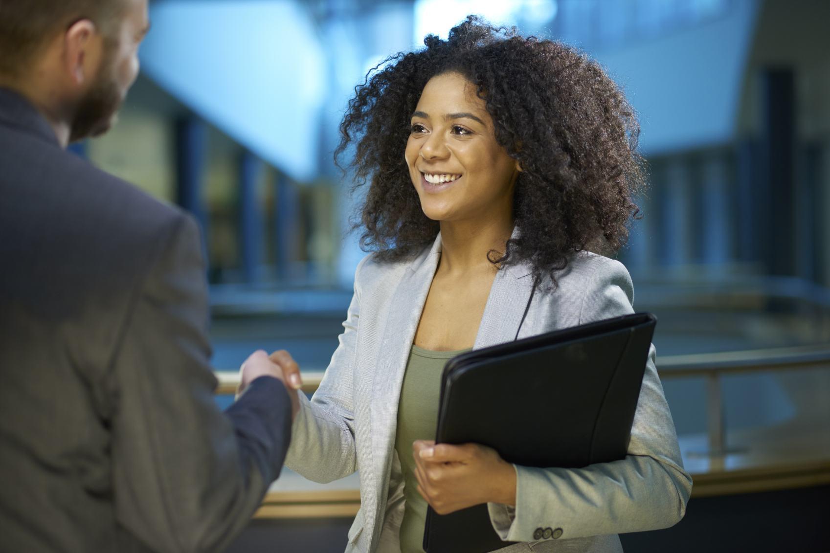 In een gezond bedrijf communiceren werknemers goed met elkaar. (Foto: Adobe Stock)