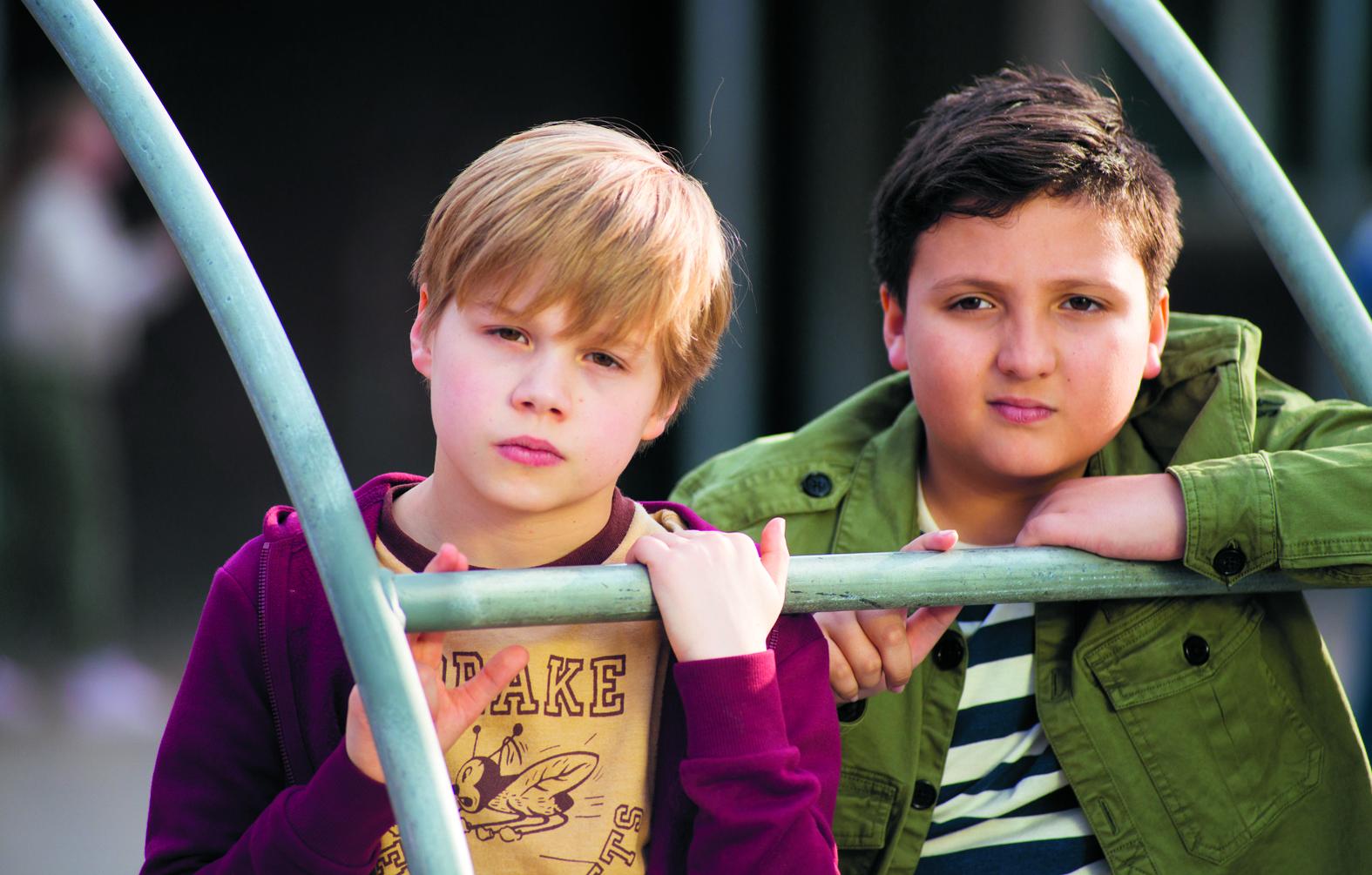 Een scène uit de film Superjuffie, met rechts Jeevan als Mimoun. Links van hem Lucas in de rol van Toby. (FOTO: AANGELEVERD)