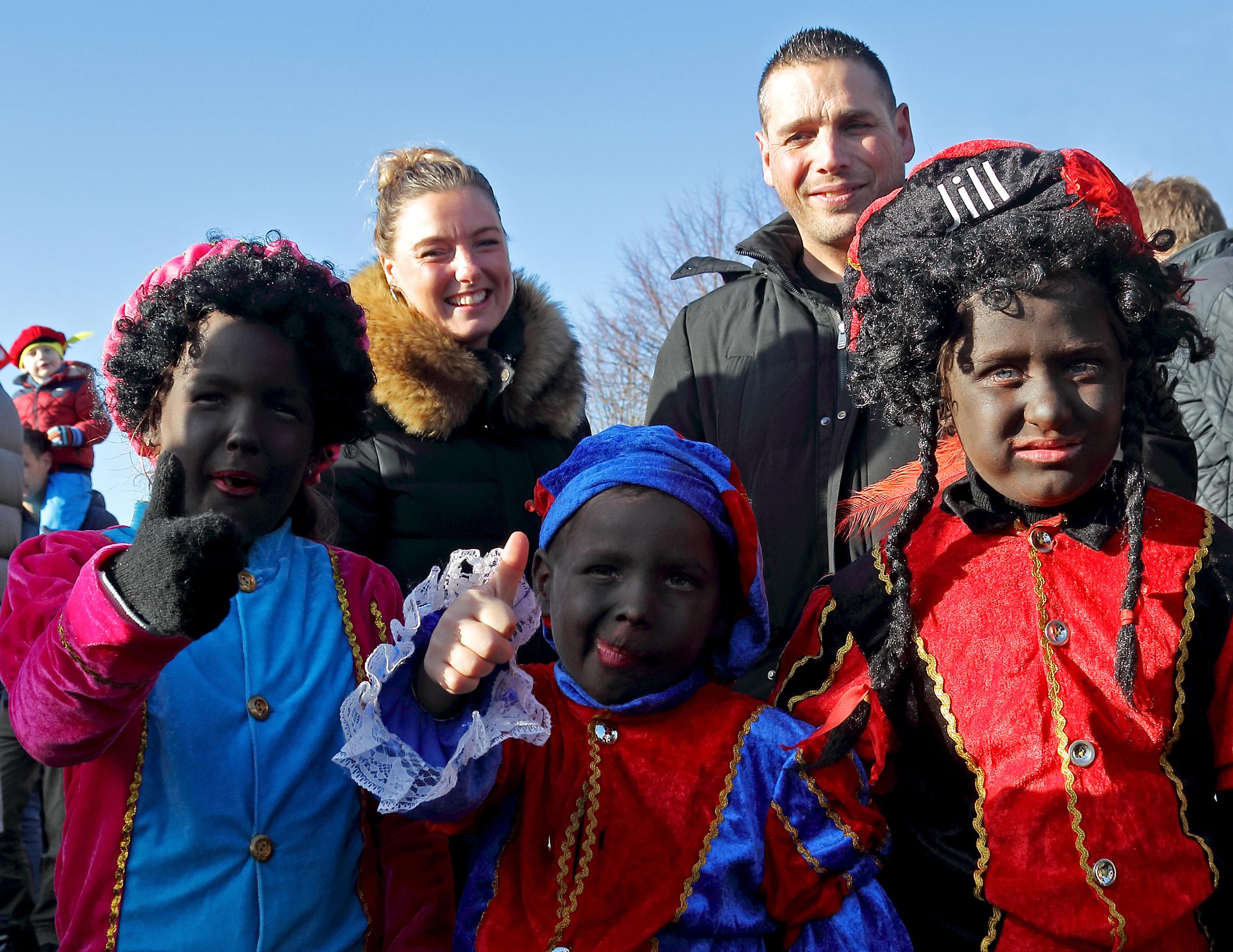 Sinterklaas en zijn pieten werden in Enkhuizen en Bovenkarspel door vele kinderen hartelijk ontvangen. (Foto's Henk Groenewoud) rodi.nl © rodi