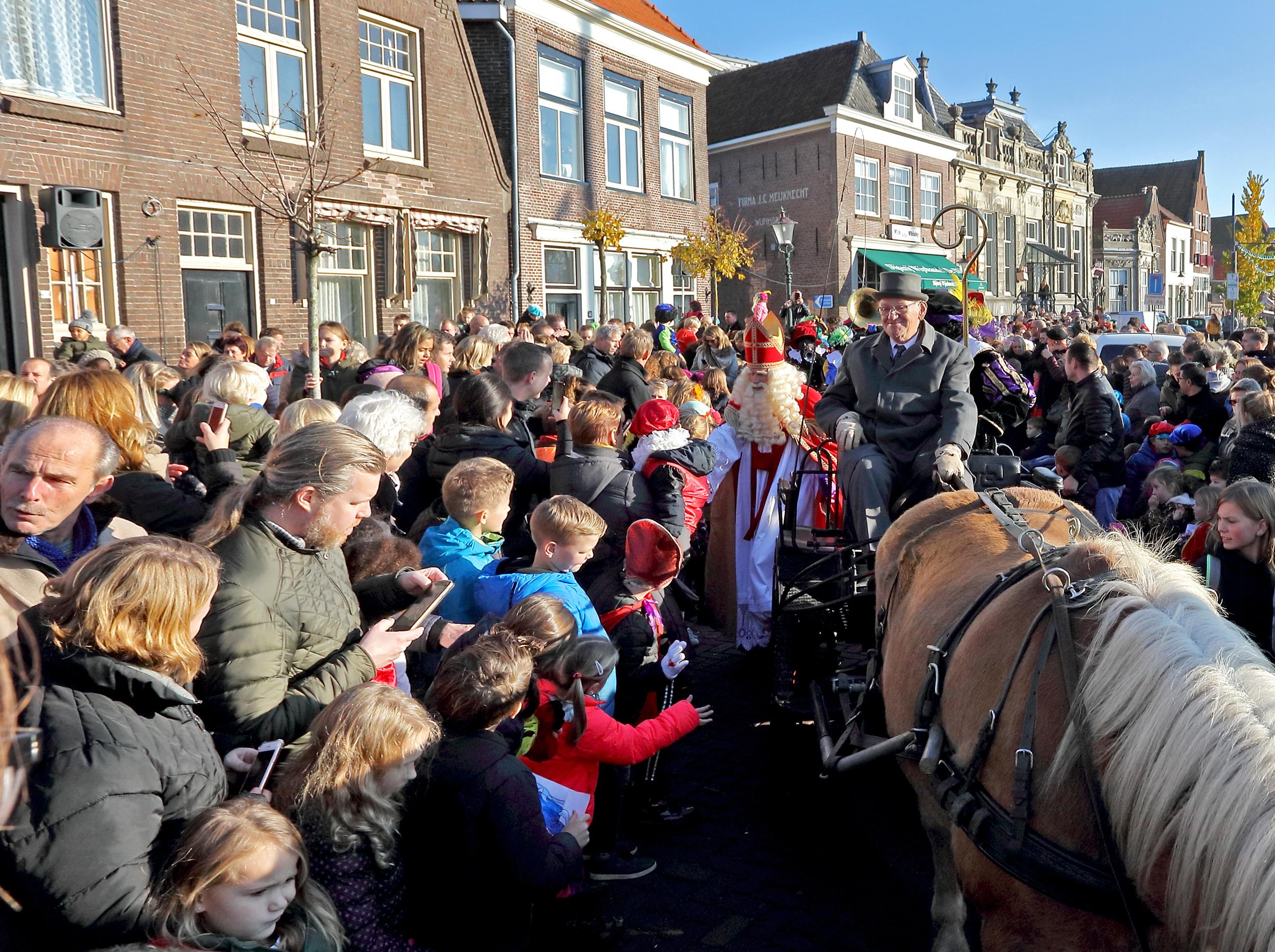Sinterklaas en zijn pieten werden in Enkhuizen en Bovenkarspel door vele kinderen hartelijk ontvangen. (Foto's Henk Groenewoud)