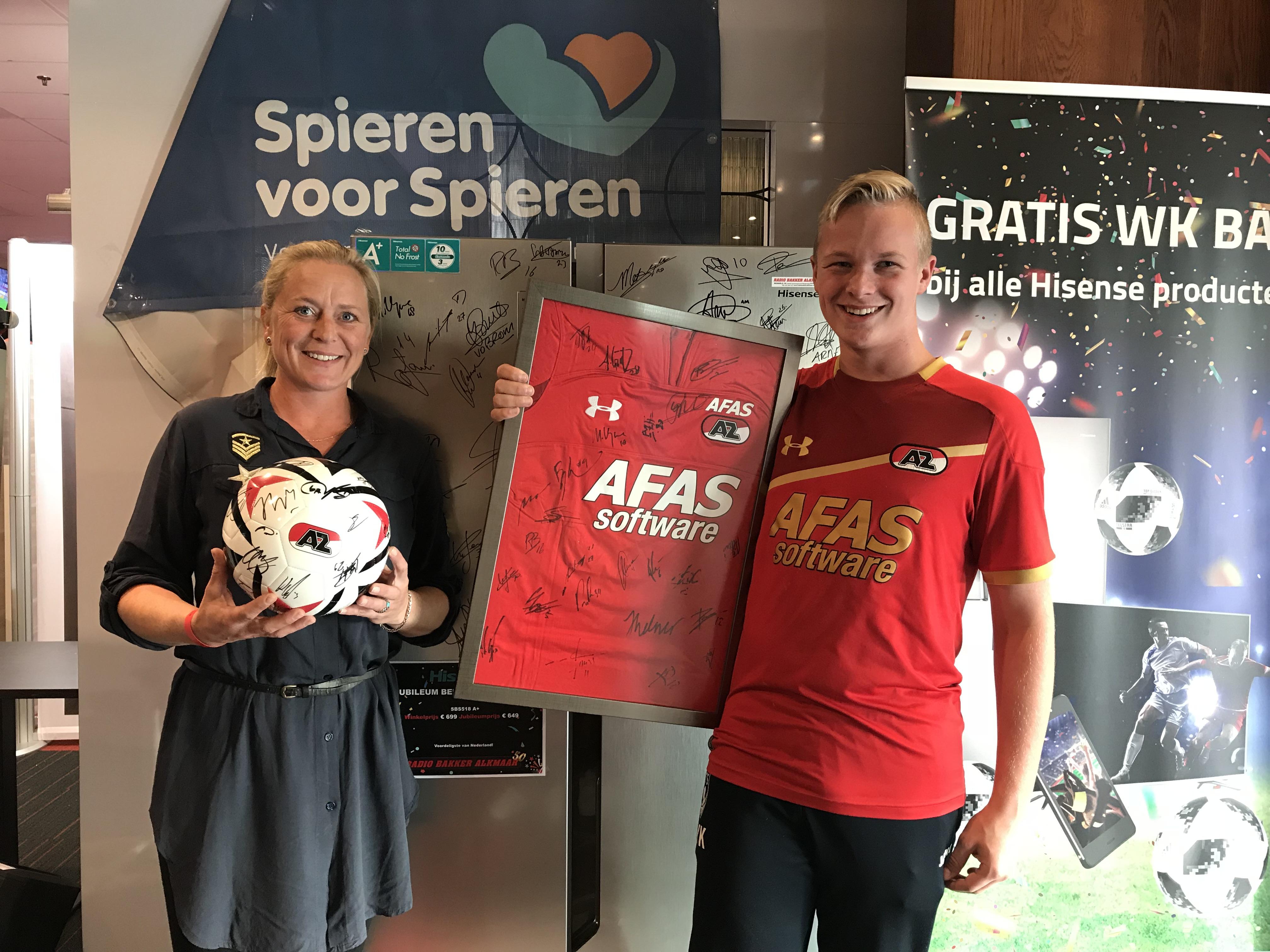 Familie Knoop had het hoogste bod op de gesigneerde voetbal en t-shirt van AZ. (Foto: aangeleverd)