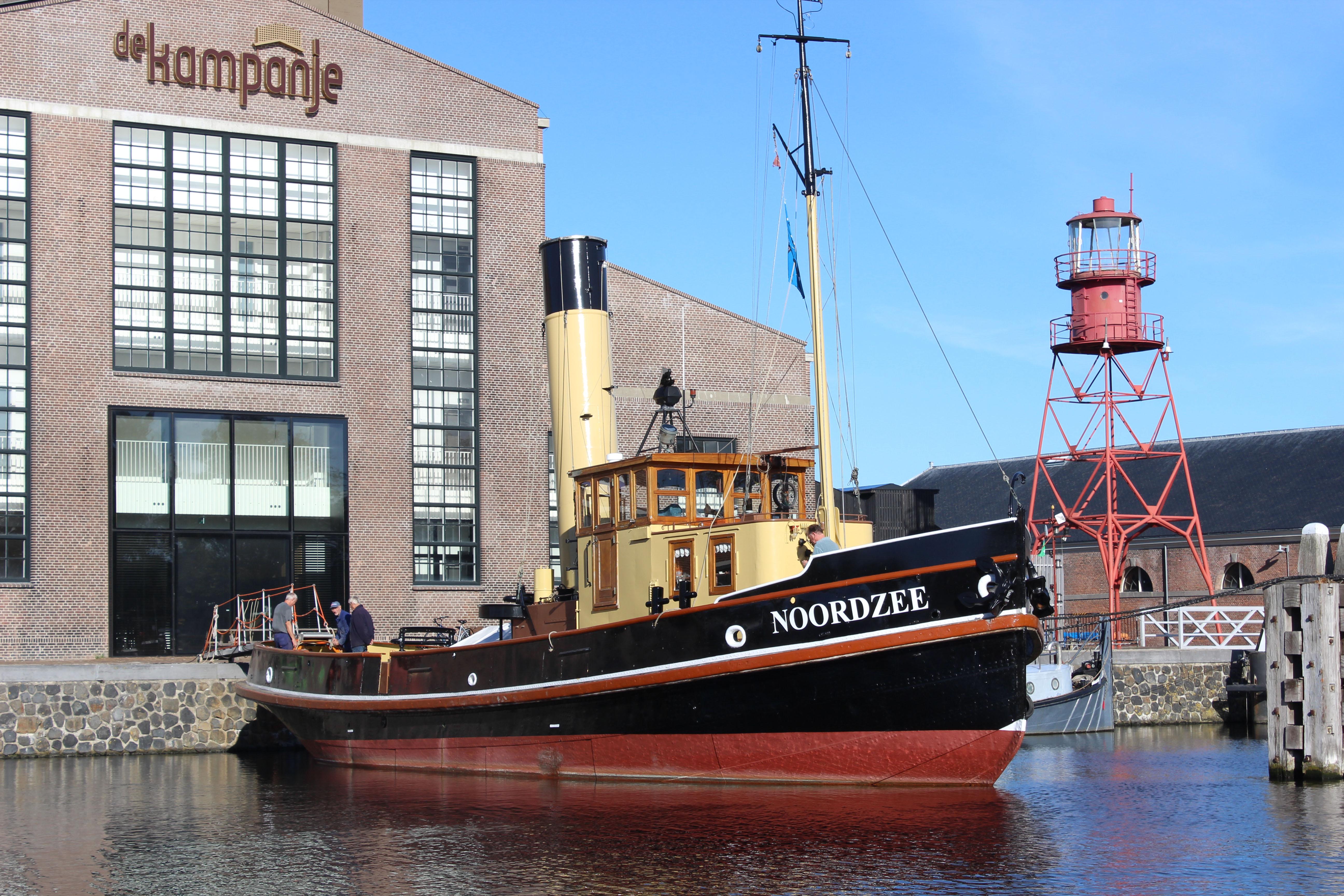 De stoomsleper Noordzee op haar vaste plek voor Theater De Kampanje in Museumhaven Willemsoord in Den Helder. (Foto: Stichting Stoomsleepboot Noordzee)