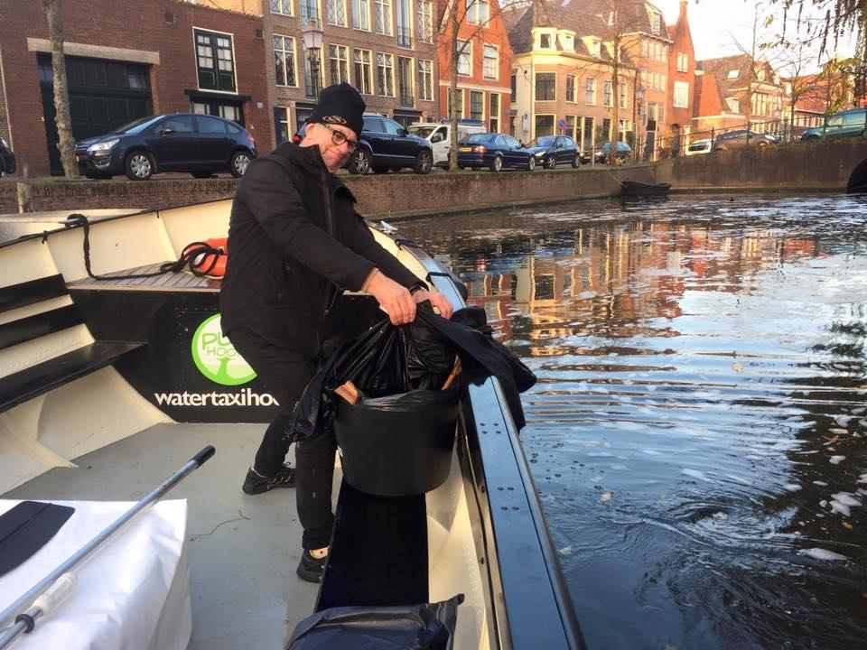 Veel van de vrijwillige schippers hebben opgemerkt dat er ook in de Hoornse wateren afval drijft. (Foto: aangeleverd)