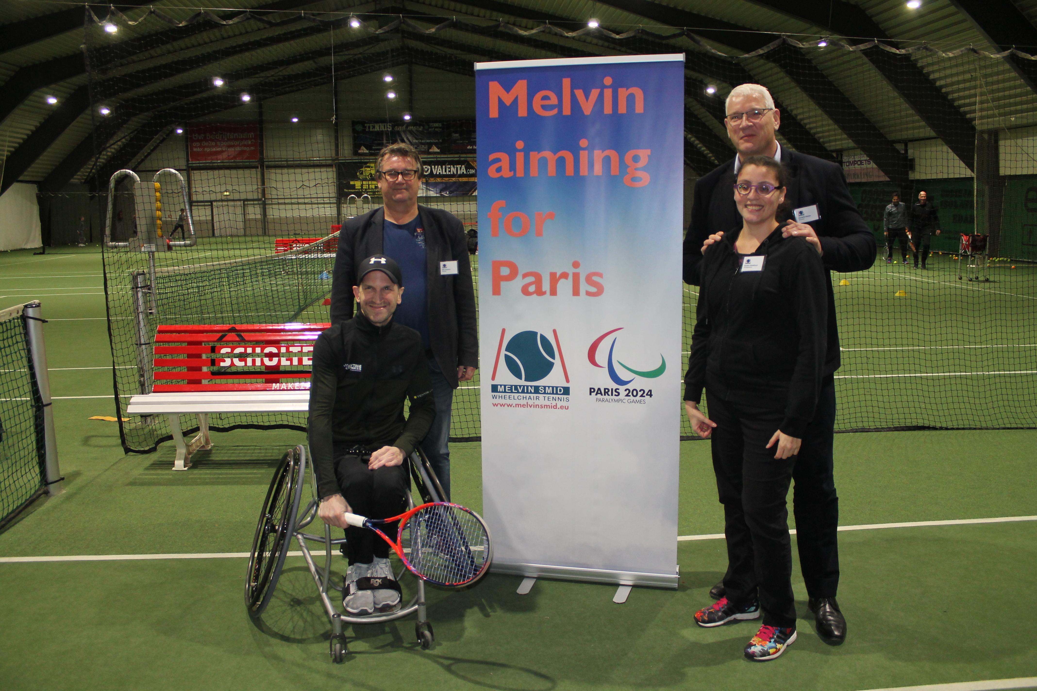 De rolstoeltennisser met het bestuur van de foundation. (Foto: Rodi Media/MB)