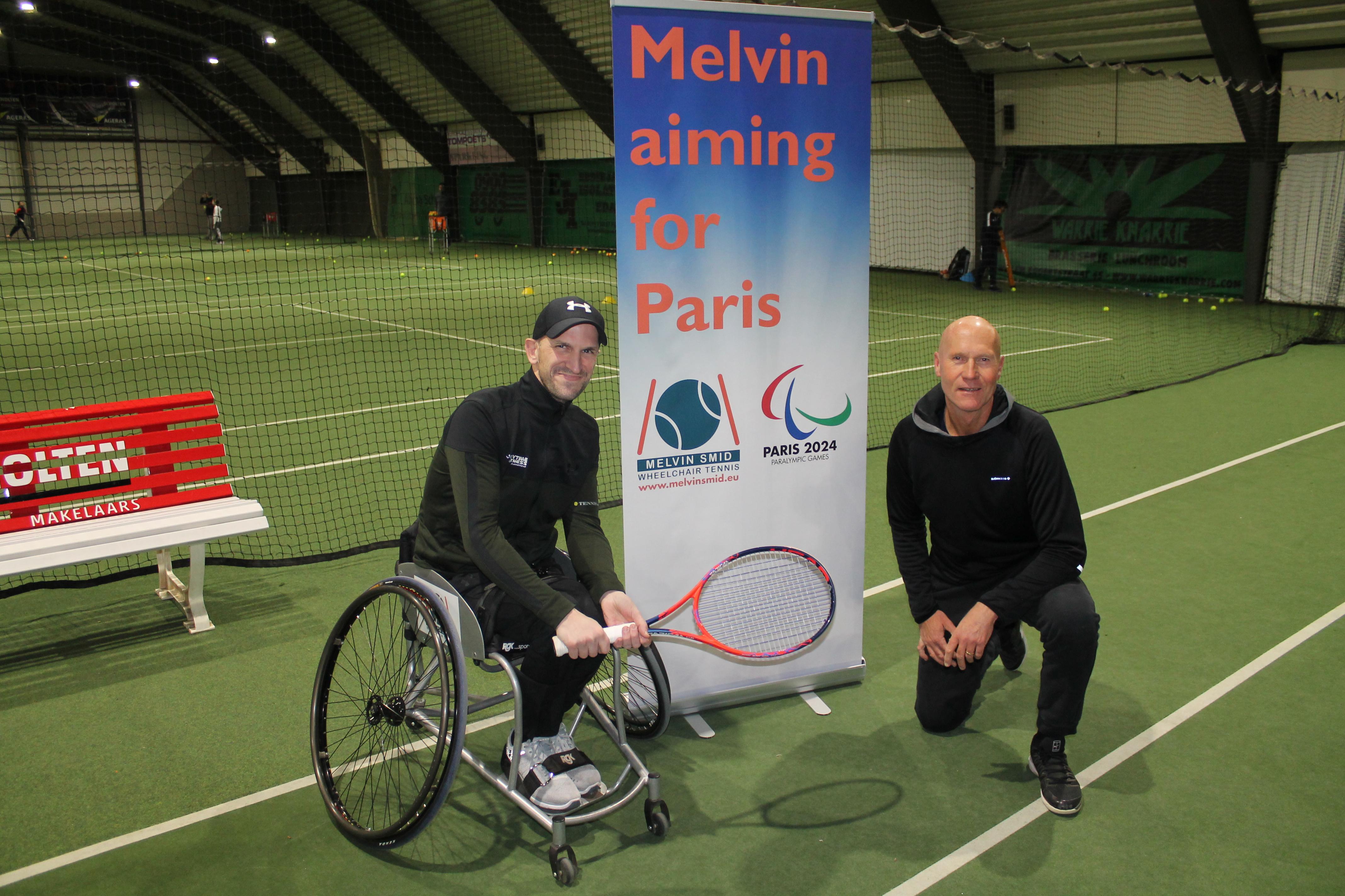 De rolstoeltennisser met het bestuur van de foundation. (Foto: Rodi Media/MB) rodi.nl © rodi
