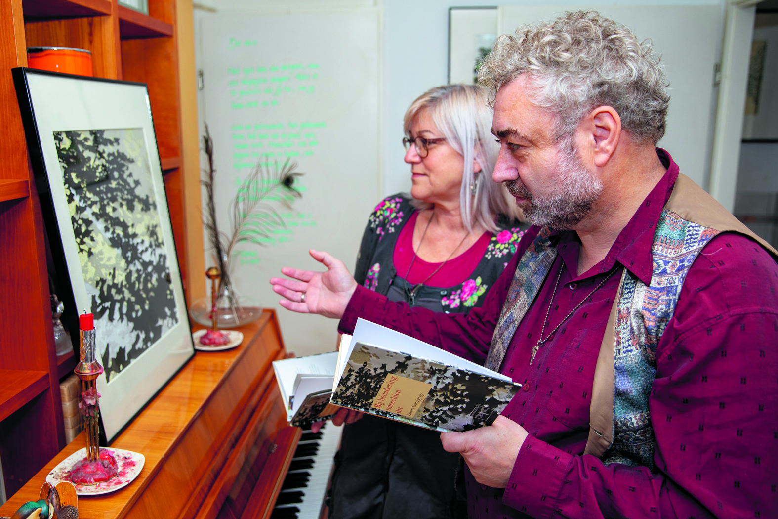Elbert en Conny kijken even naar het schilderij waar de voorpagina van de bundel staat afgebeeld. (Foto's: Vincent de Vries/RM).