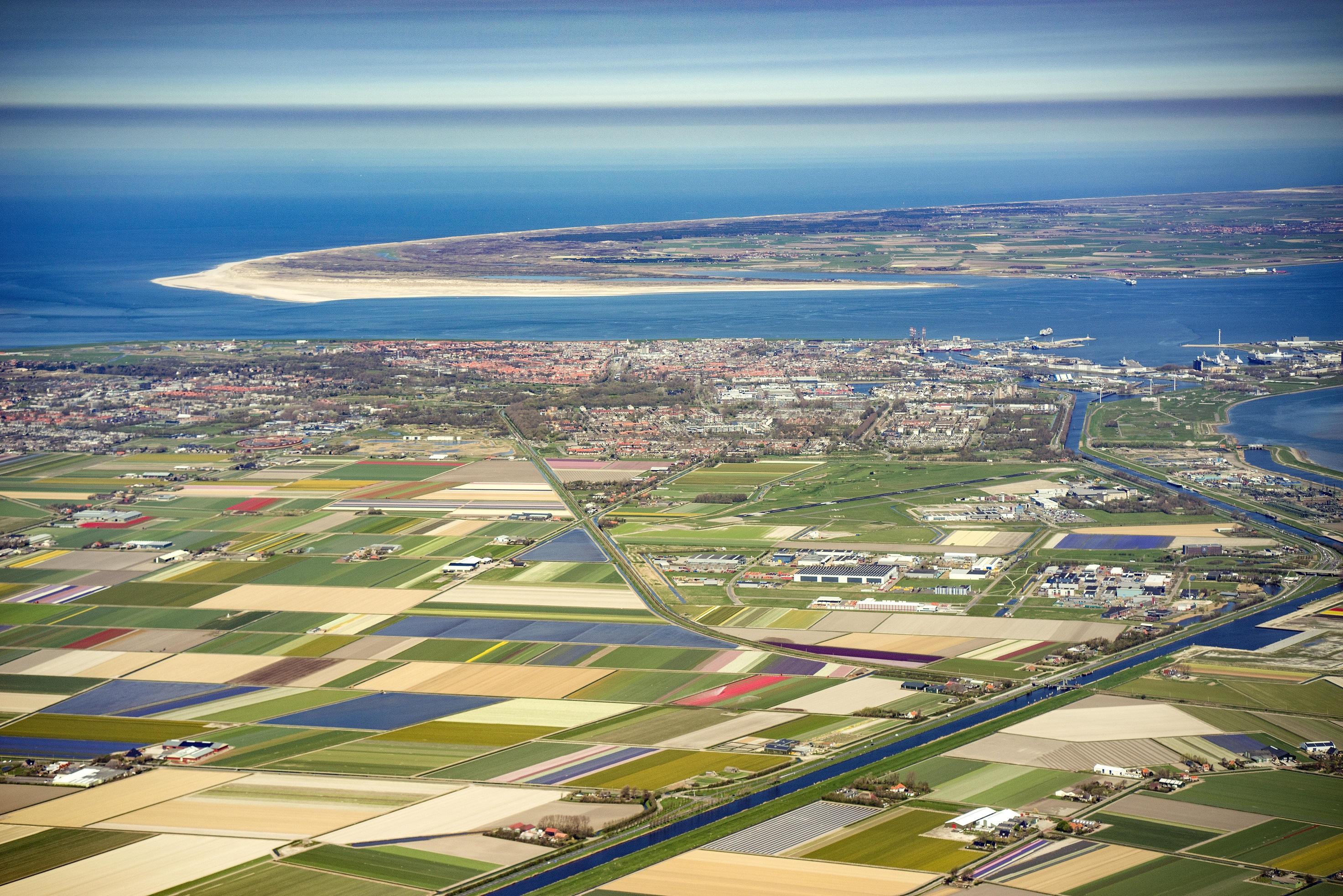 Luchtfoto Den Helder en Texel. (Foto: Peter van Aalst)
