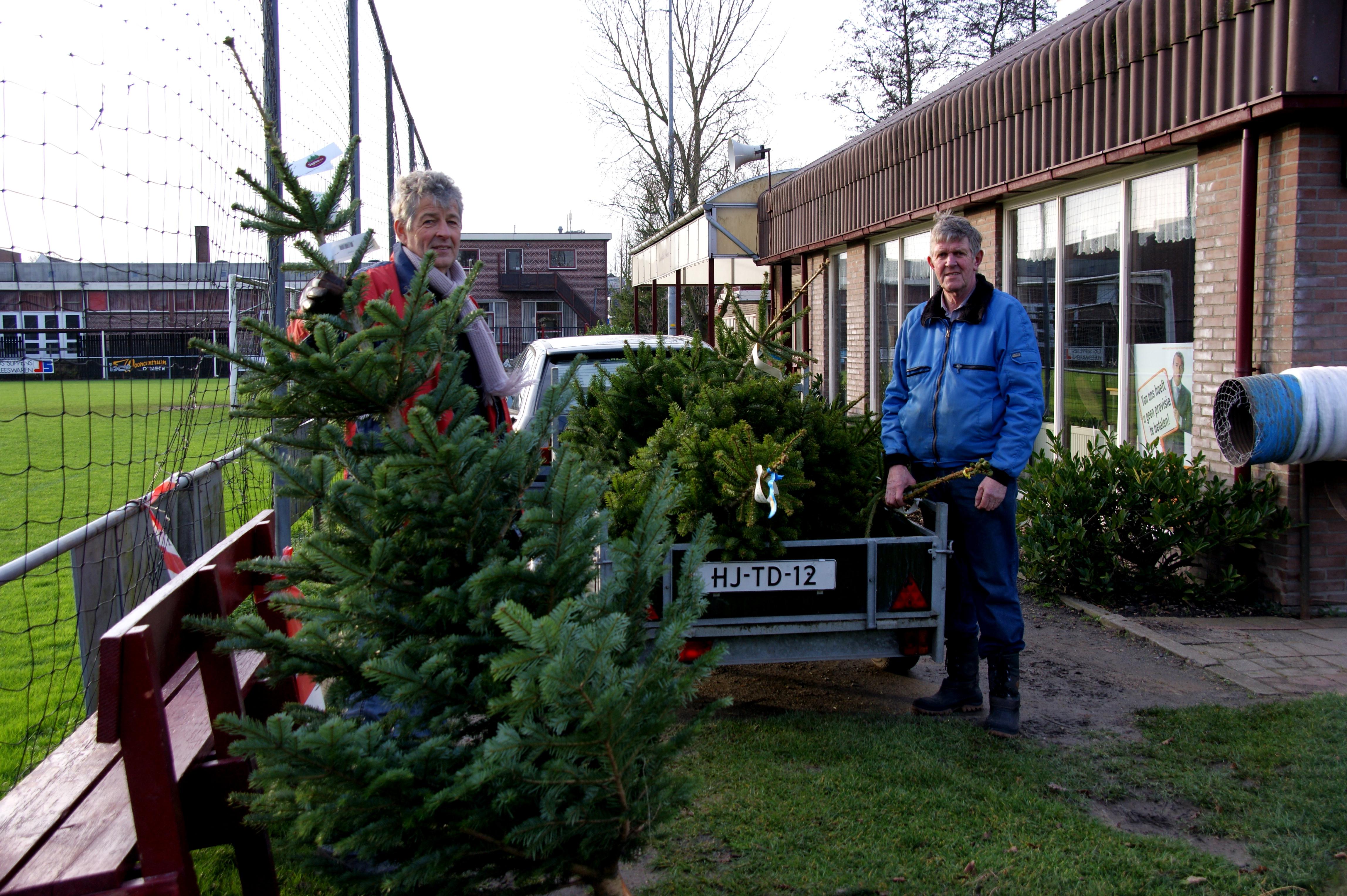 Vrijwilligers verkopen kwaliteit kerstbomen. De opbrengst komt ten goede aan HOSV G. (Foto: aangeleverd)