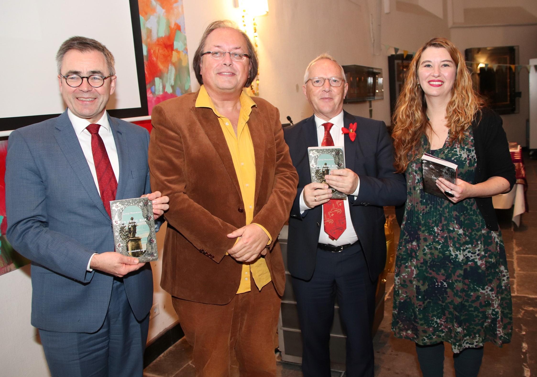 Van linksaf: Burgemeester Wienen, George Moormann, Lieuwe Zoodsma en Ann Demeester (Foto: Willem Brand)