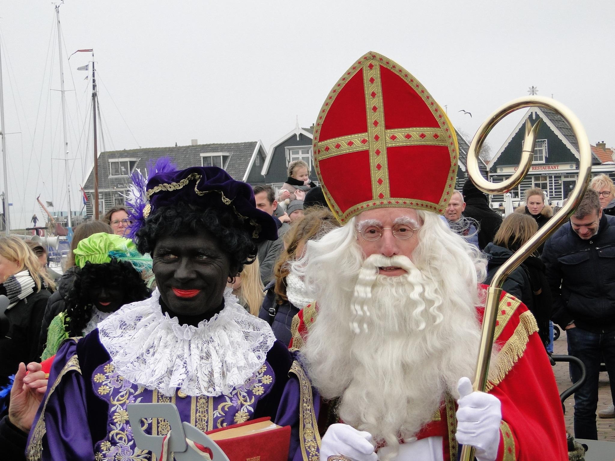 Sinterklaas werd binnengehaald door de burgemeester. (Foto: Pep)