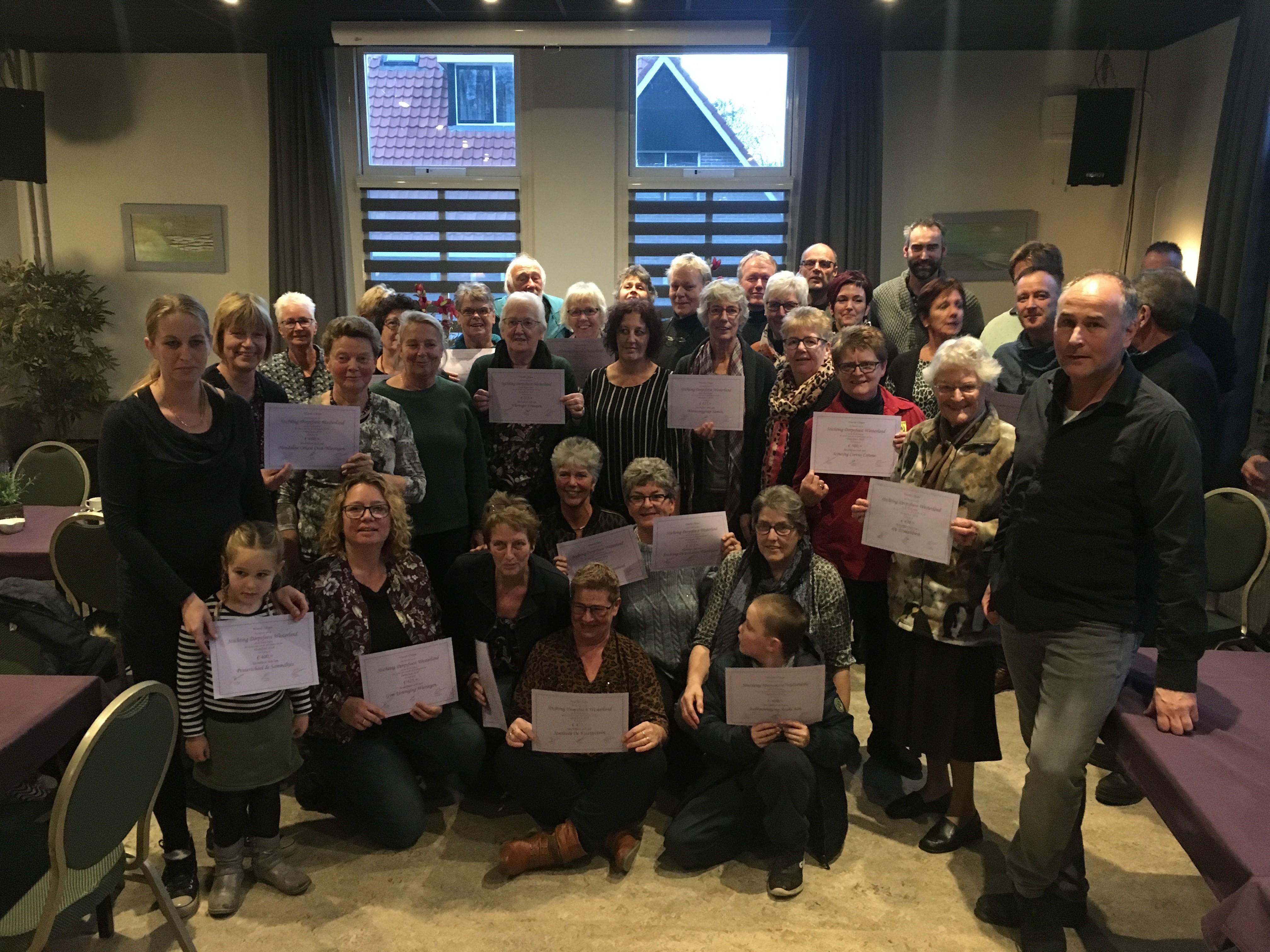 De vertegenwoordigers van de Wieringer verenigingen zijn blij met de extra bijdrage. (Foto: aangeleverd)