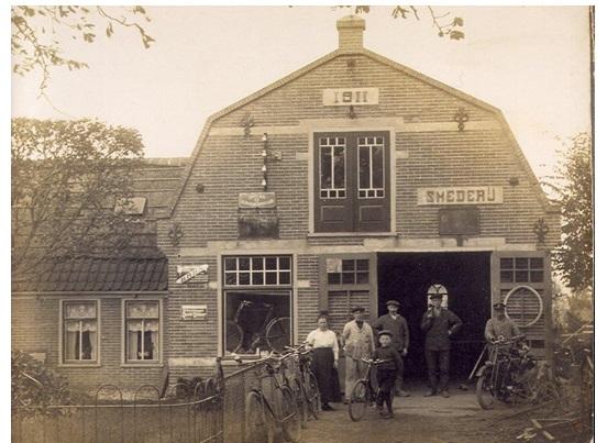 De smederij van Jan Modder aan het Kerkplein. Later nam zijn zoon Piet de zaak over. (Foto: aangeleverd).