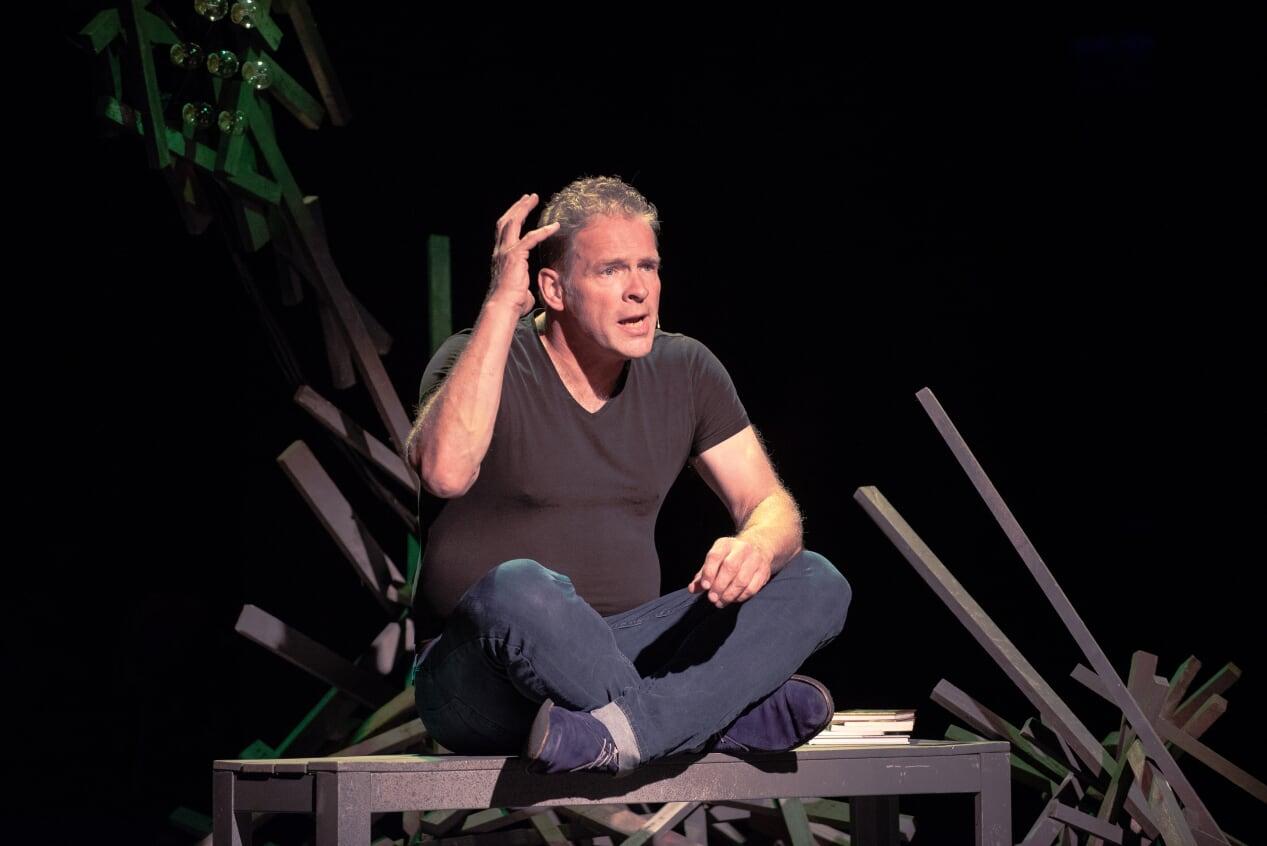 Erik van Muiswinkel tijdens zijn voorstelling 'De oplossing in vijf bedrijven'. (FOTO: KEES VAN TIL)