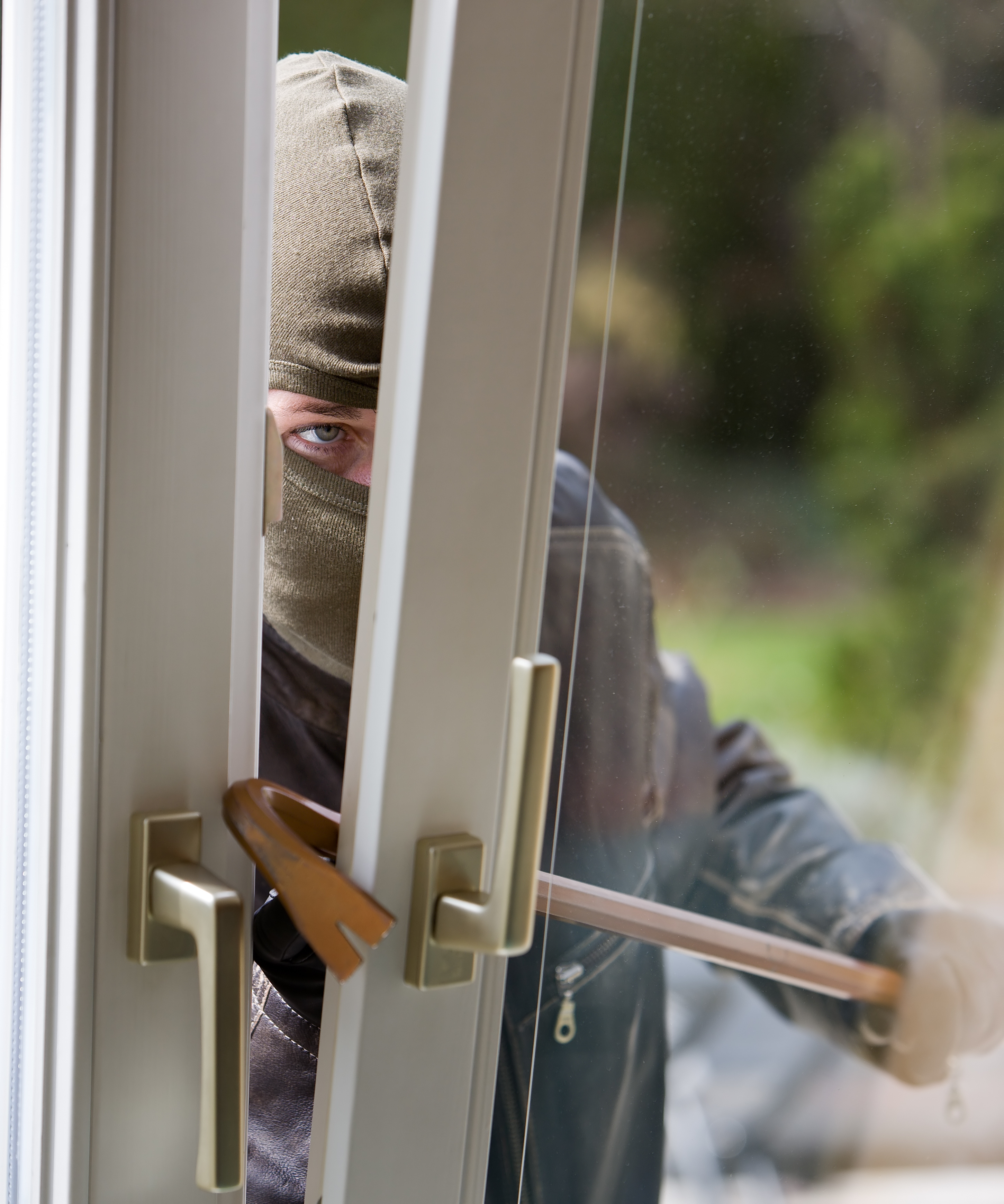 Sluit bij vertrek ramen om inbraak te voorkomen. (Foto: Adobestock)