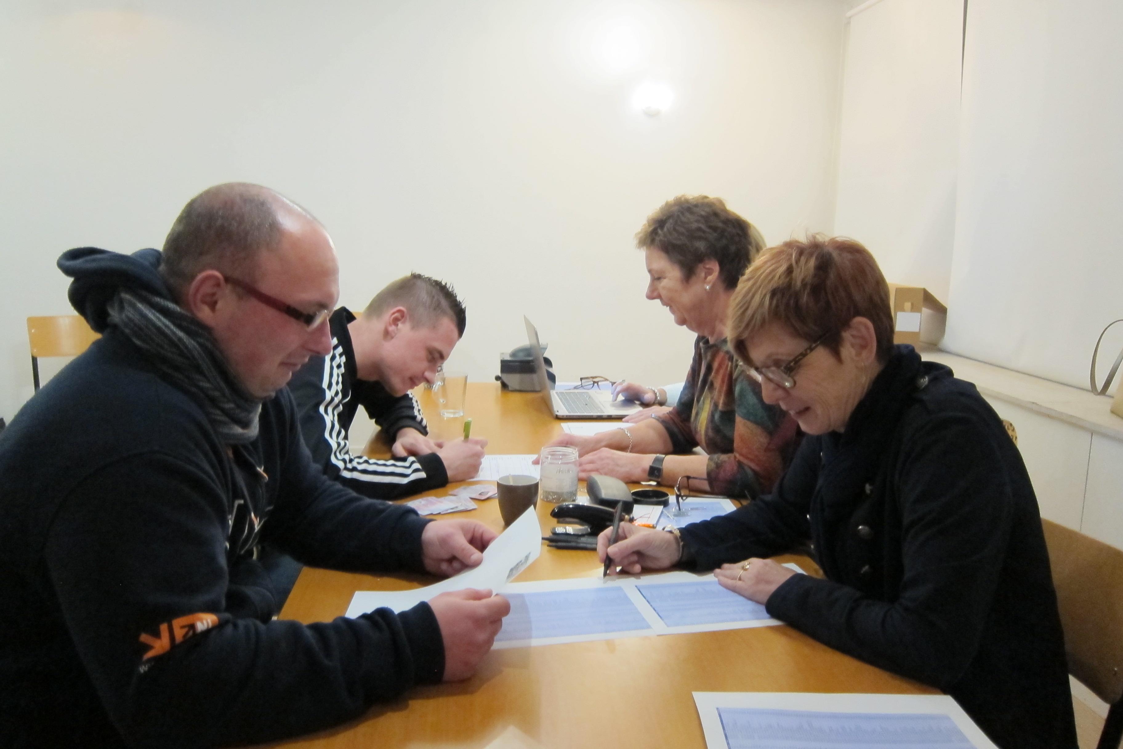 In het Slothuys in Spanbroek worden Mateusz Brzozowski en Jakub Raczkowski ingeschreven in Basisregistratie Persoonsgegevens. (Foto: gemeente Opmeer)