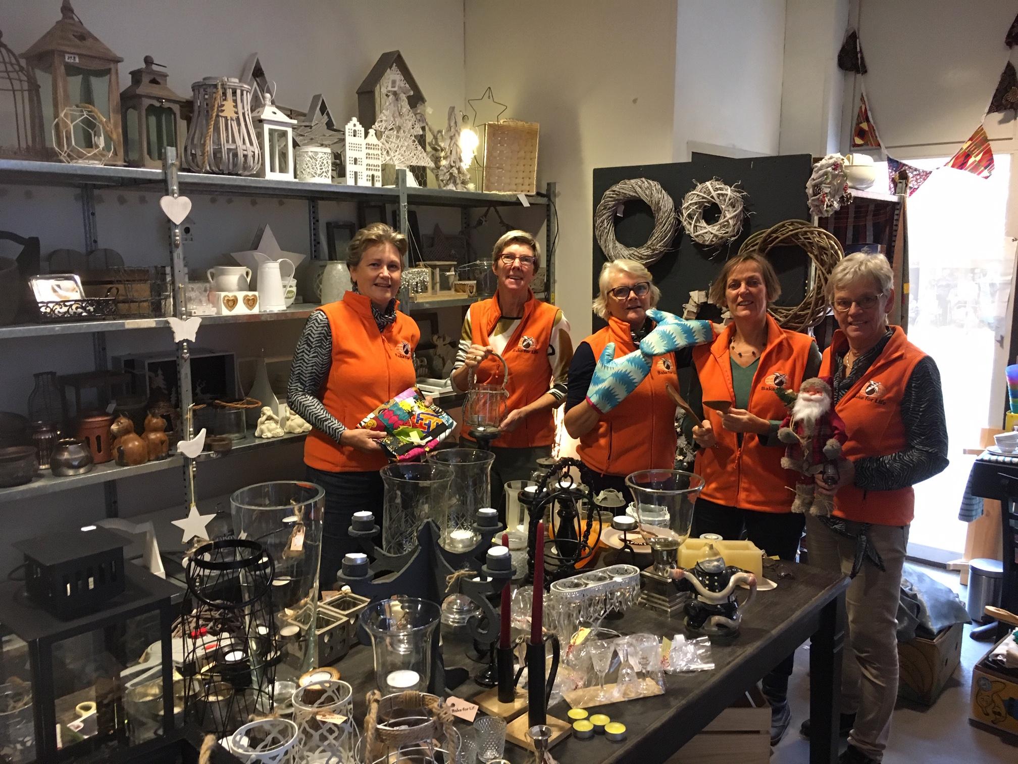 Vrijwilligers van de stichting Bake for Life zetten, middels verkoop van een grote diversiteit aan producten, zich in om kansarmen een toekomst te bieden. (Foto: aangeleverd)
