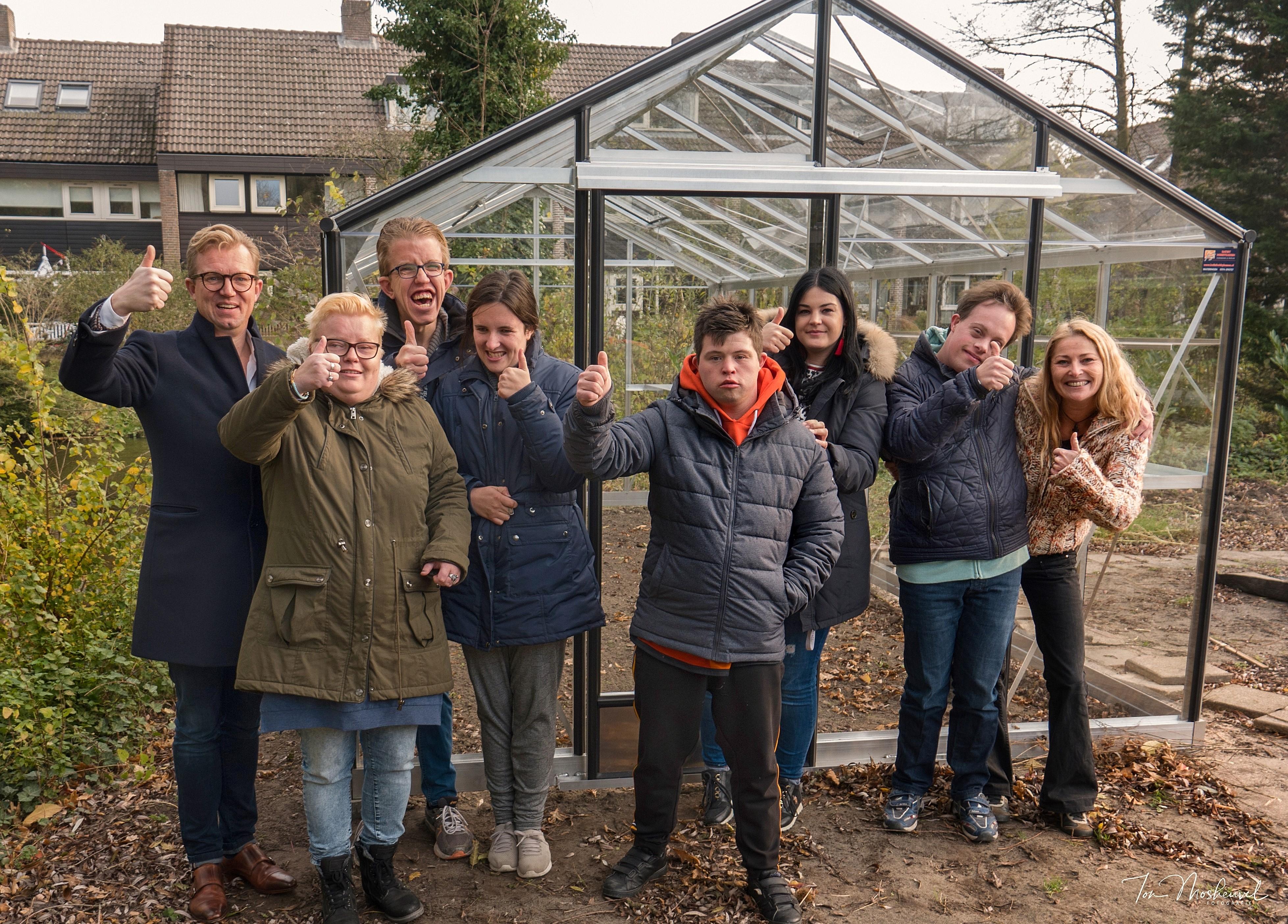 Lichtjesavond Alkmaar doneert tuinkas aan het Rekerhuis. (Foto: Ton Mosheuvel).
