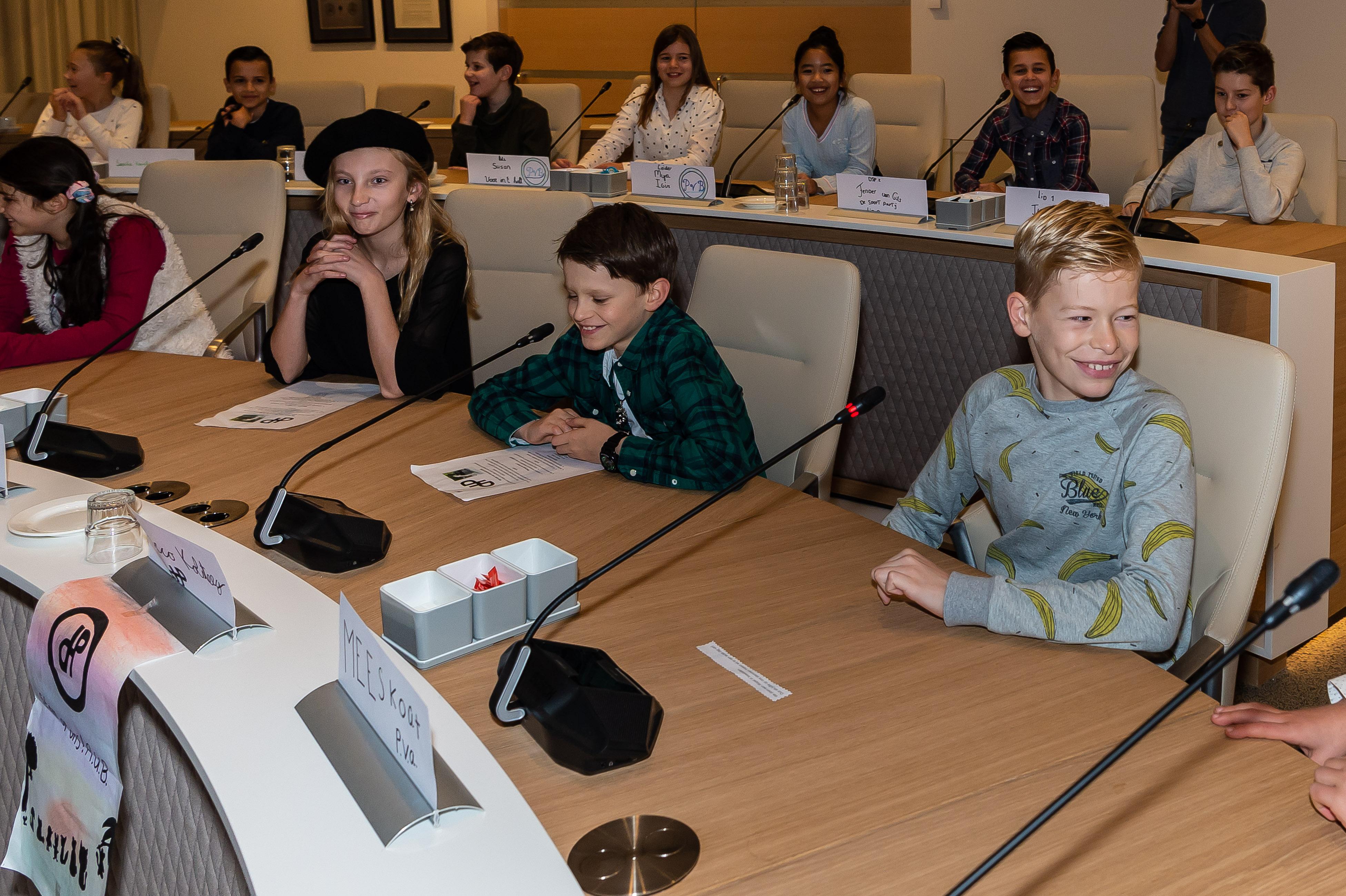 De leerlingen namen met genoegen plaats achter de microfoon. (Foto: Han Giskes)