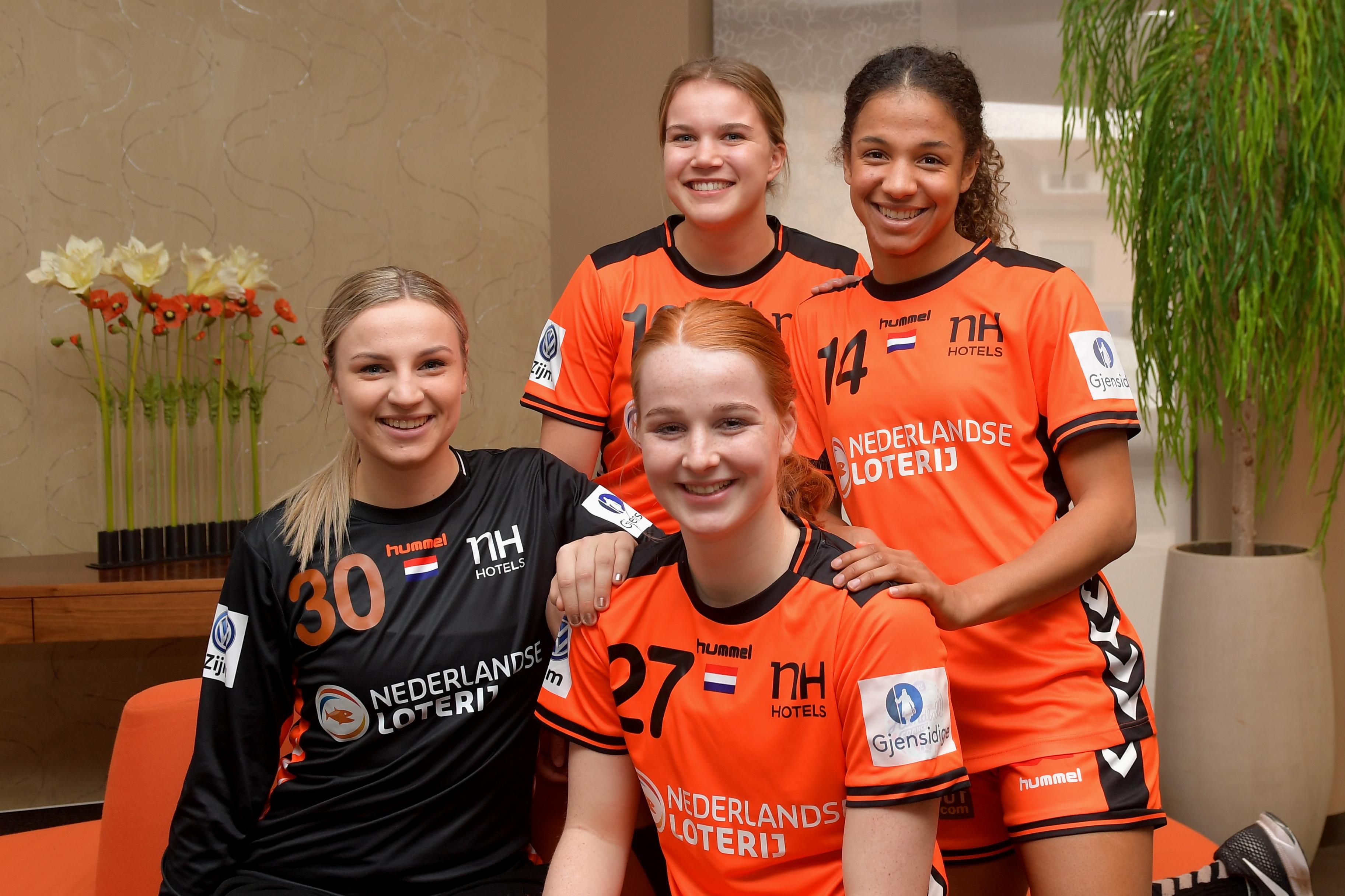 Delaila Amega (r) en de andere debutanten in de EK-selectie van de handbalvrouwen. 'Iedereen wil er alles aan doen om er wedstrijd na wedstrijd het beste uit te halen.' (Foto: aangeleverd)
